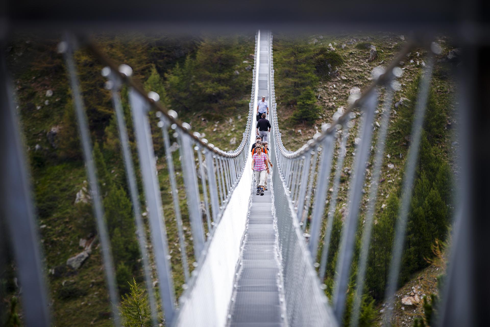 La pasarela tiene apenas 60 centímetros de ancho, por lo que la gente debe cruzar en fila(Valentin Flauraud/Keystone via AP)