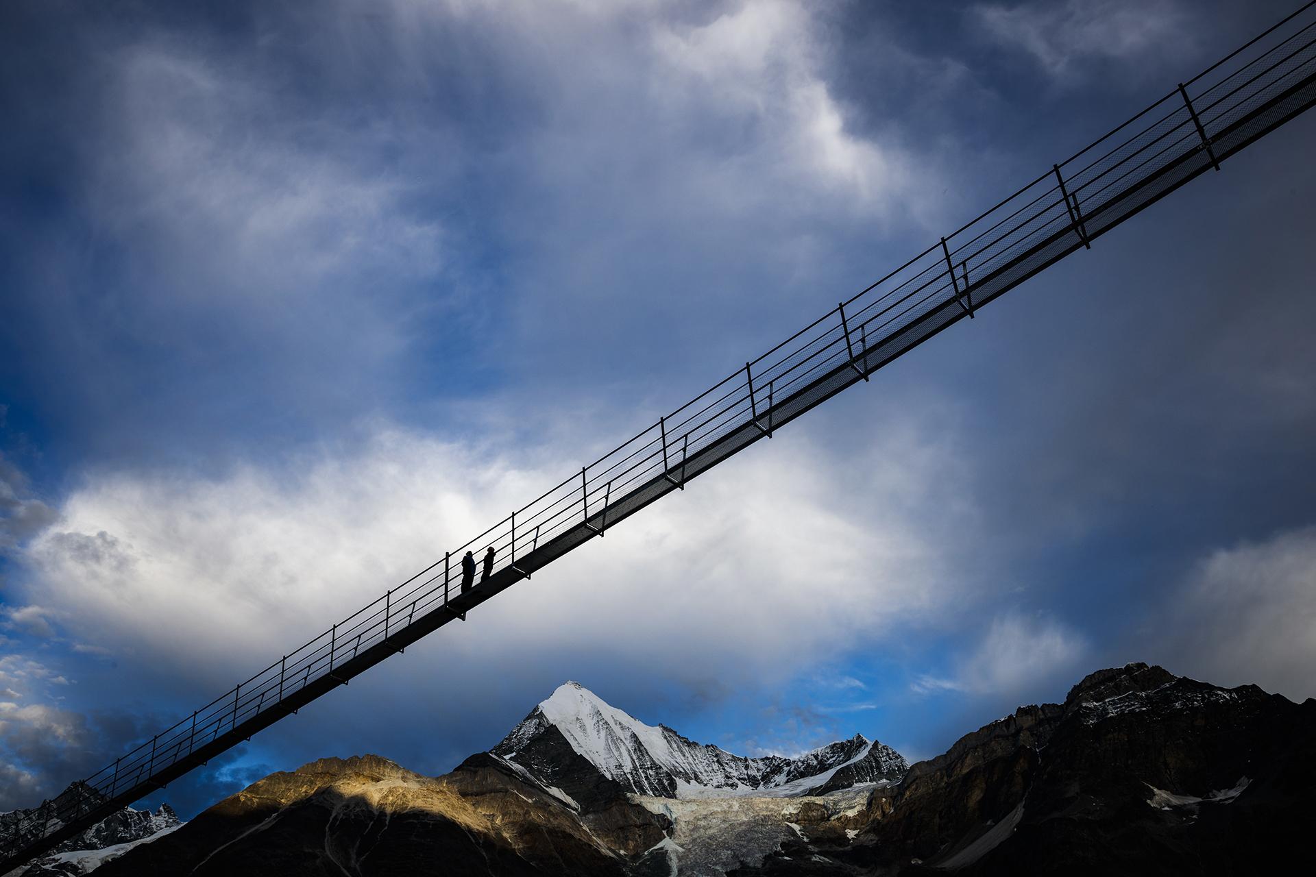 El puente tiene una extensión de 494 metros a una altura máxima de 85(Valentin Flauraud/Keystone via AP)