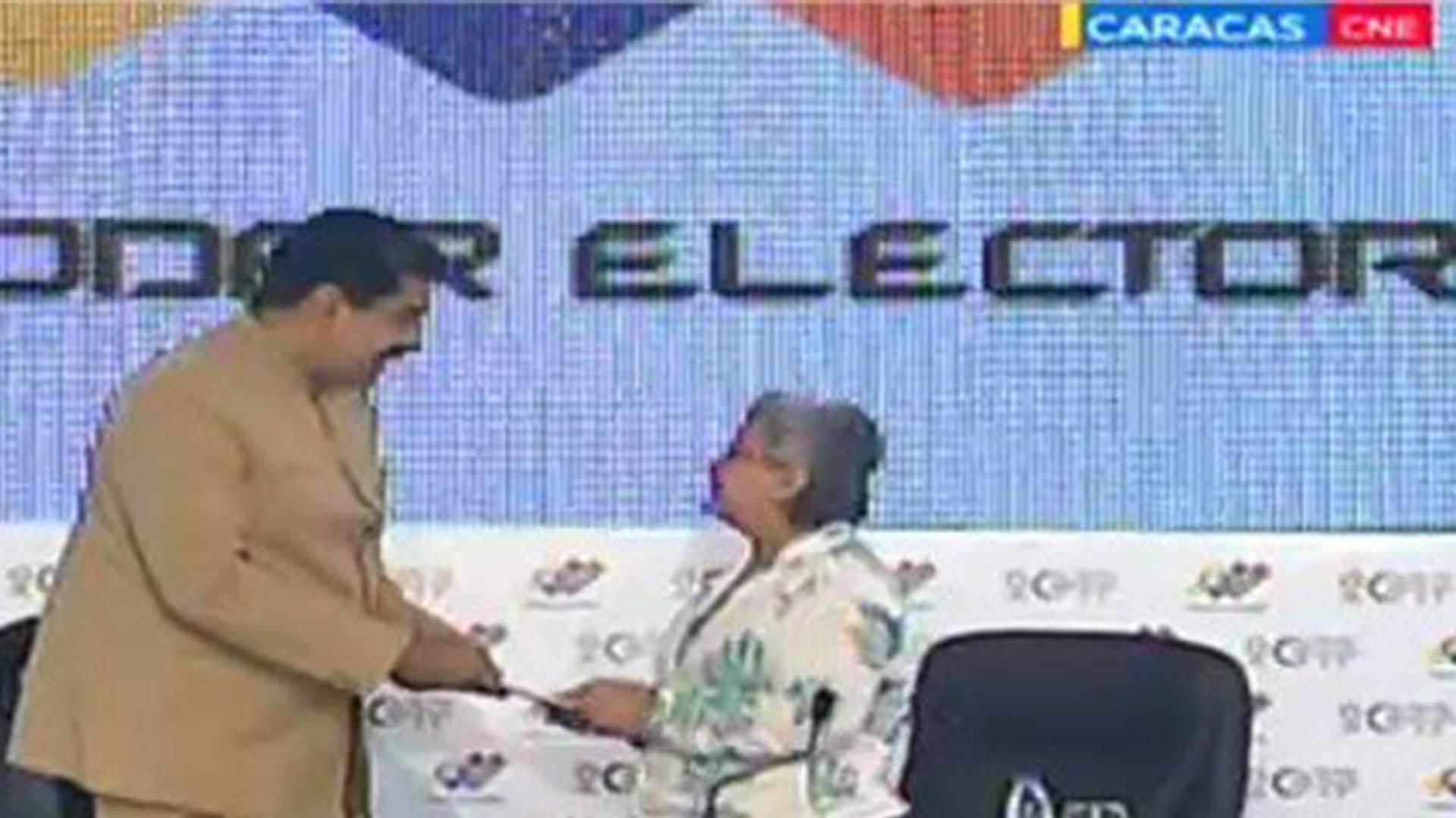 Tibisay Lucena le entregó a Maduro el primer boletín con los resultados de la Constituyente
