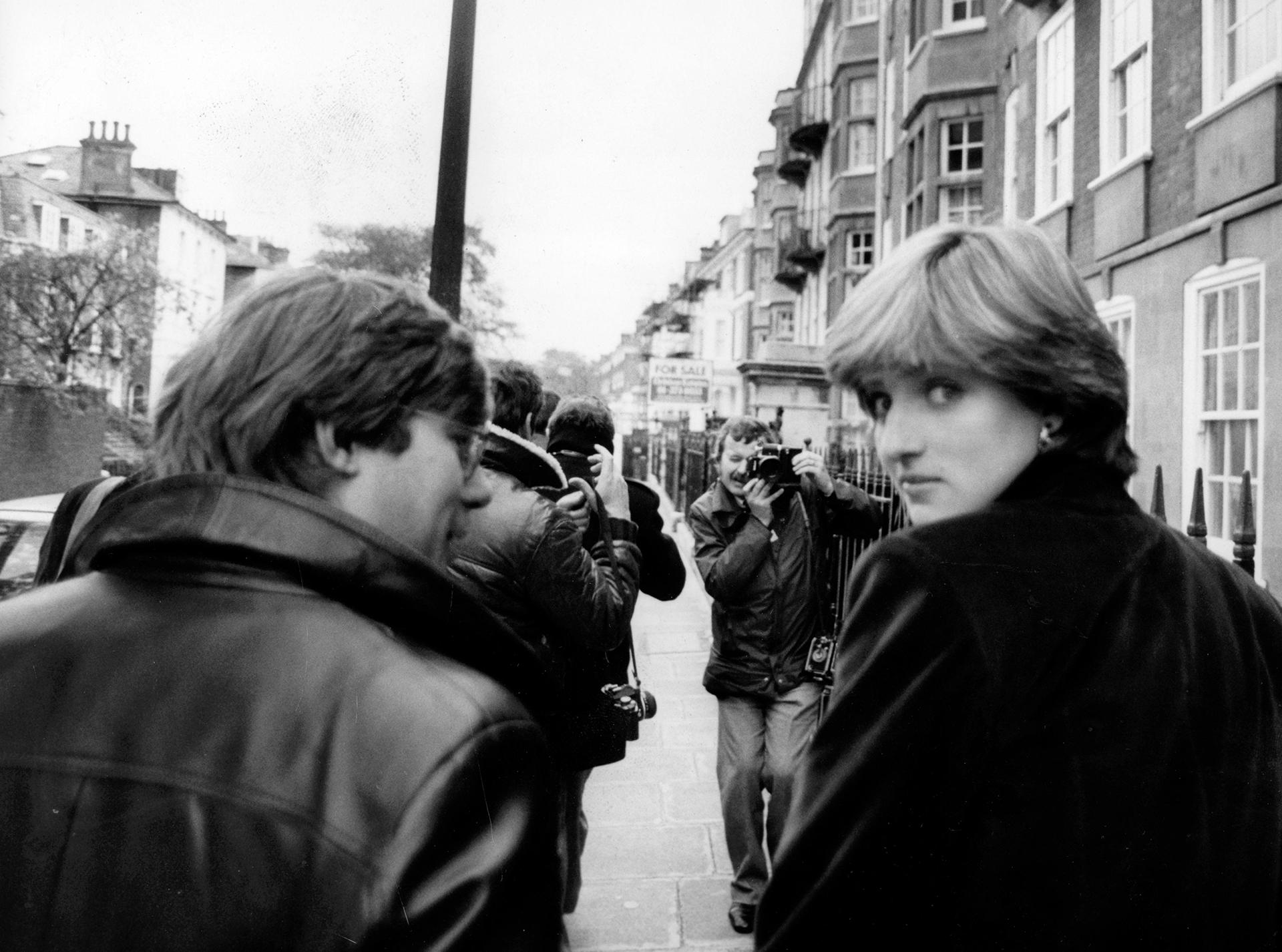 Diana Spencer fue sorprendida por la prensa cuando salíade su departamento en Londres en 1980. Vestía un tapado negro de chiffon (Keystone Pictures USA / Alamy Stock Photo)