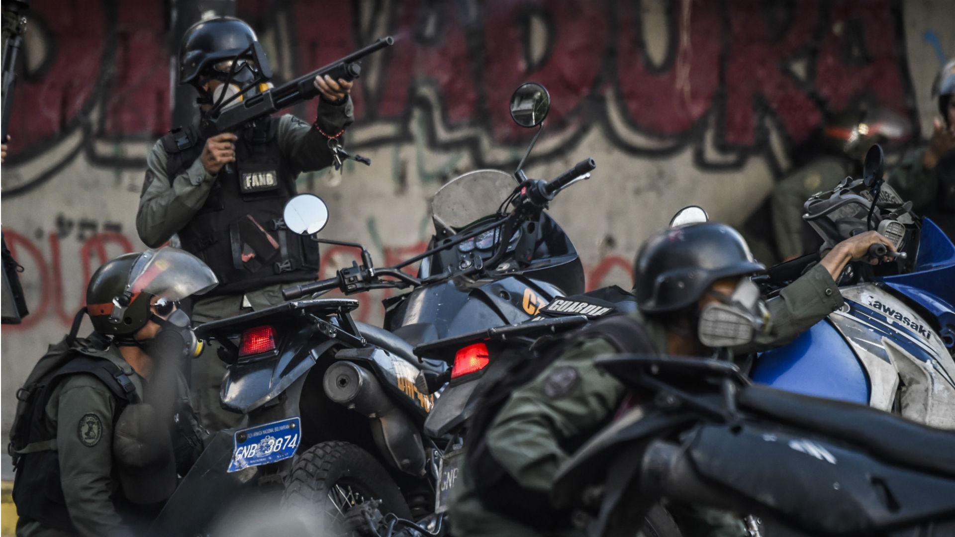 Agentes de la Guardia Nacional Bolivariana durante la represión de las protestas (AFP)
