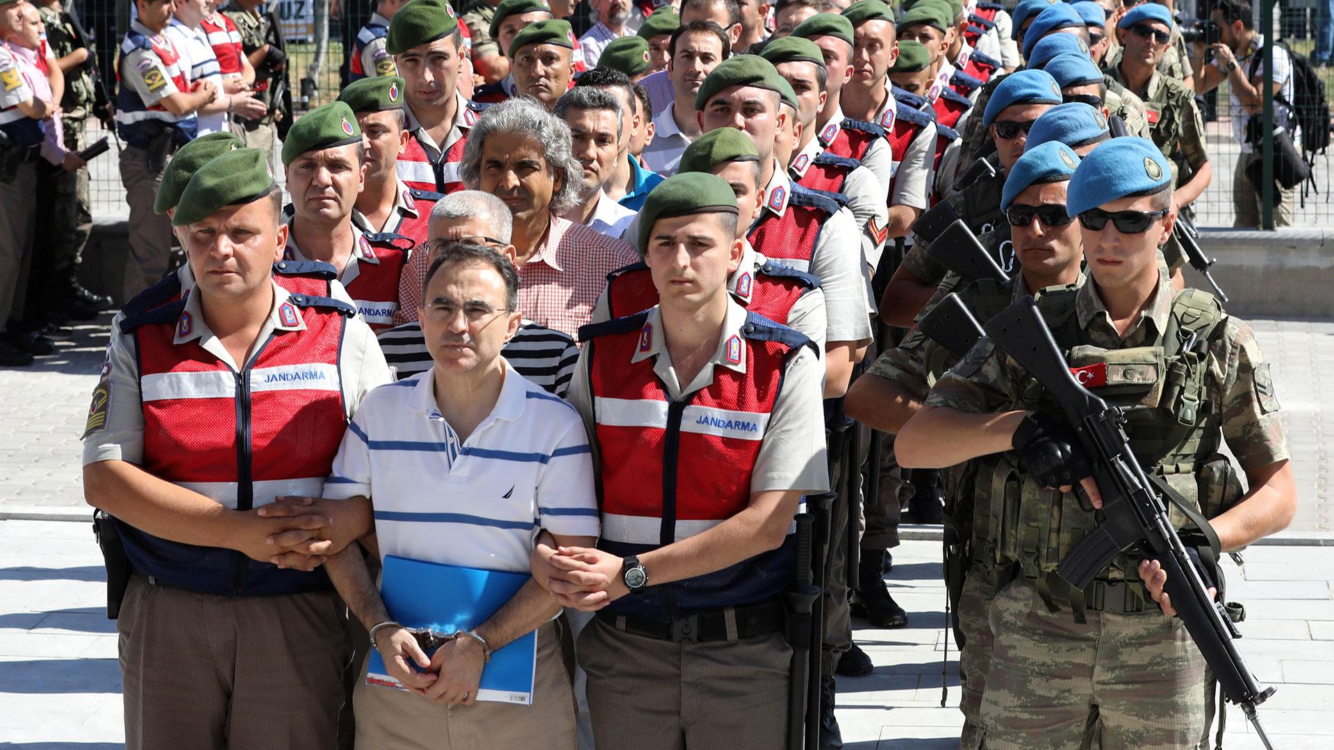 Las fuerzas turcas se llevan detenidos a acusados de estar detrás del golpe contra Erdogan (AFP)