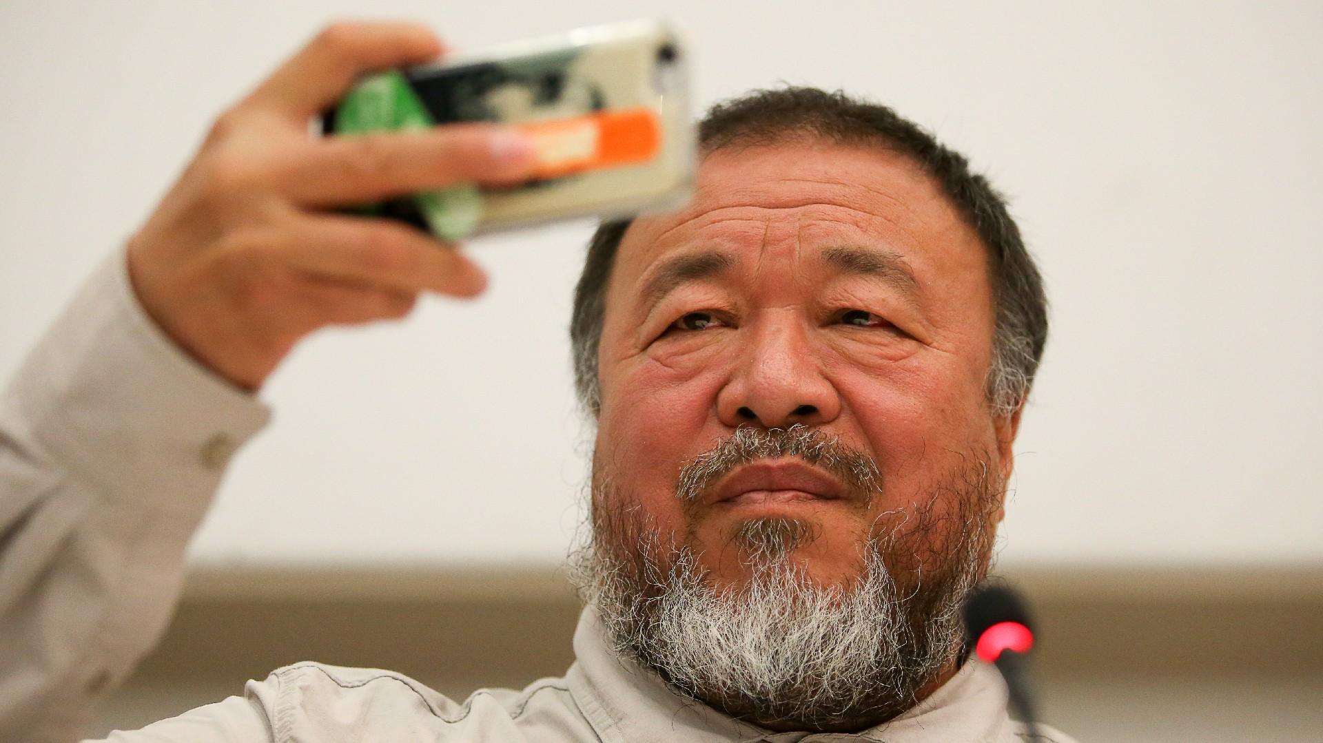El artista y una mirada sobre si mismo. Imagen tomada durante la visita de Ai Weiwei a la Argentina, meses atrás (Nicolás Aboaf)