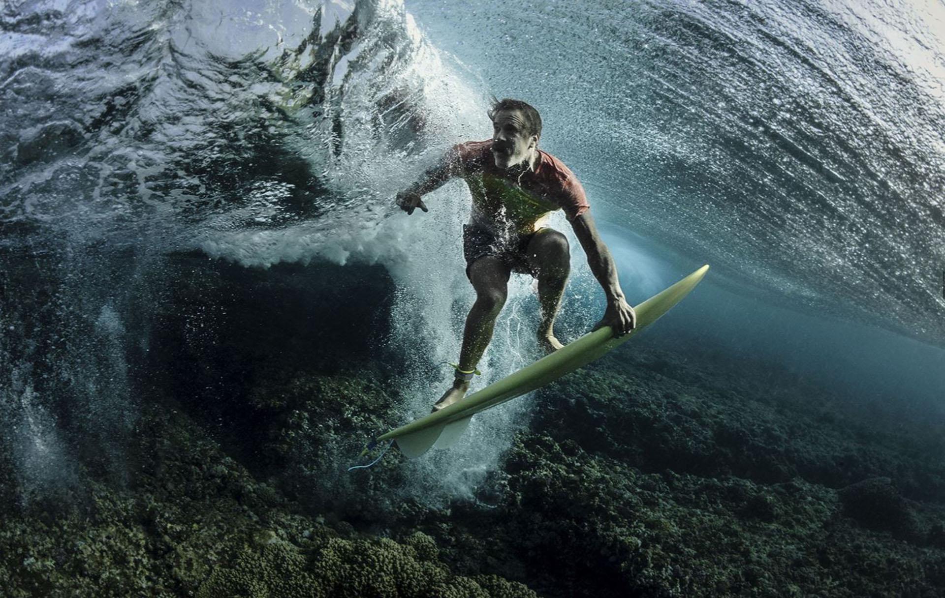 Gente – Tercer lugar. Bajo las olas. El surfista profesional Donavon Frankenreiter fue captado en Fiji con una inusual perspectia. Por Rodney Bursiel