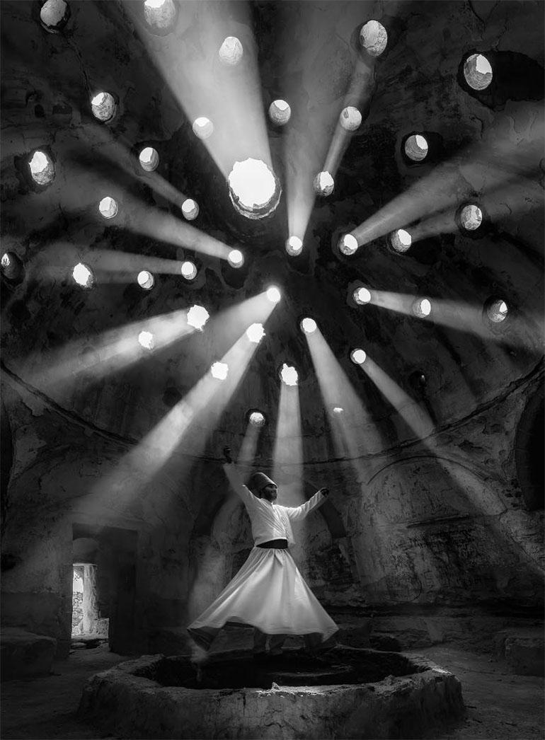 Gente – Primer lugar. La luz se filtra en un edificio en Konya, Turquía, mientras baila un derviche en nua ceremonia mística. Por Dilek Uyar