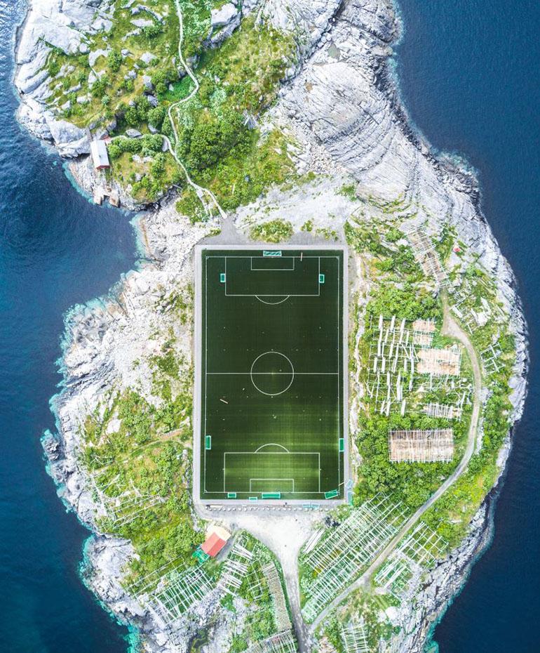 Ciudades – Tercer lugar. En las islas Lofoten, de Noruega, hay un campo de fútbol considerado el más increíble de Europa. La foto fue captada con un drone en un día despejado a 120 metros de altura. Misha De-Stroyev