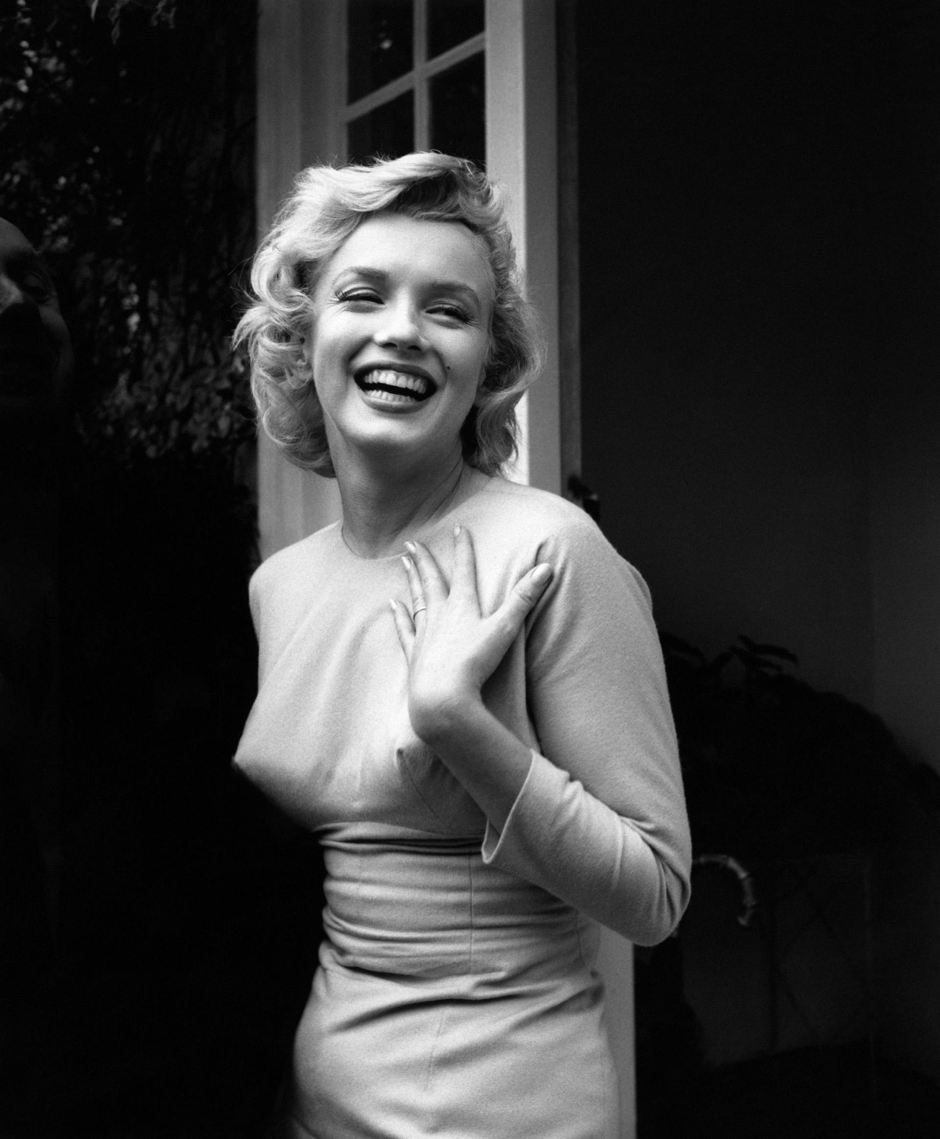 Uno de sus primeros inventos -revolucionarios para la época- fueron los botones que ella misma cosía en la parte de los pechos de sus prendas para dar la impresión de tener los pezones marcados (Photo by Evening Standard/Getty Images)
