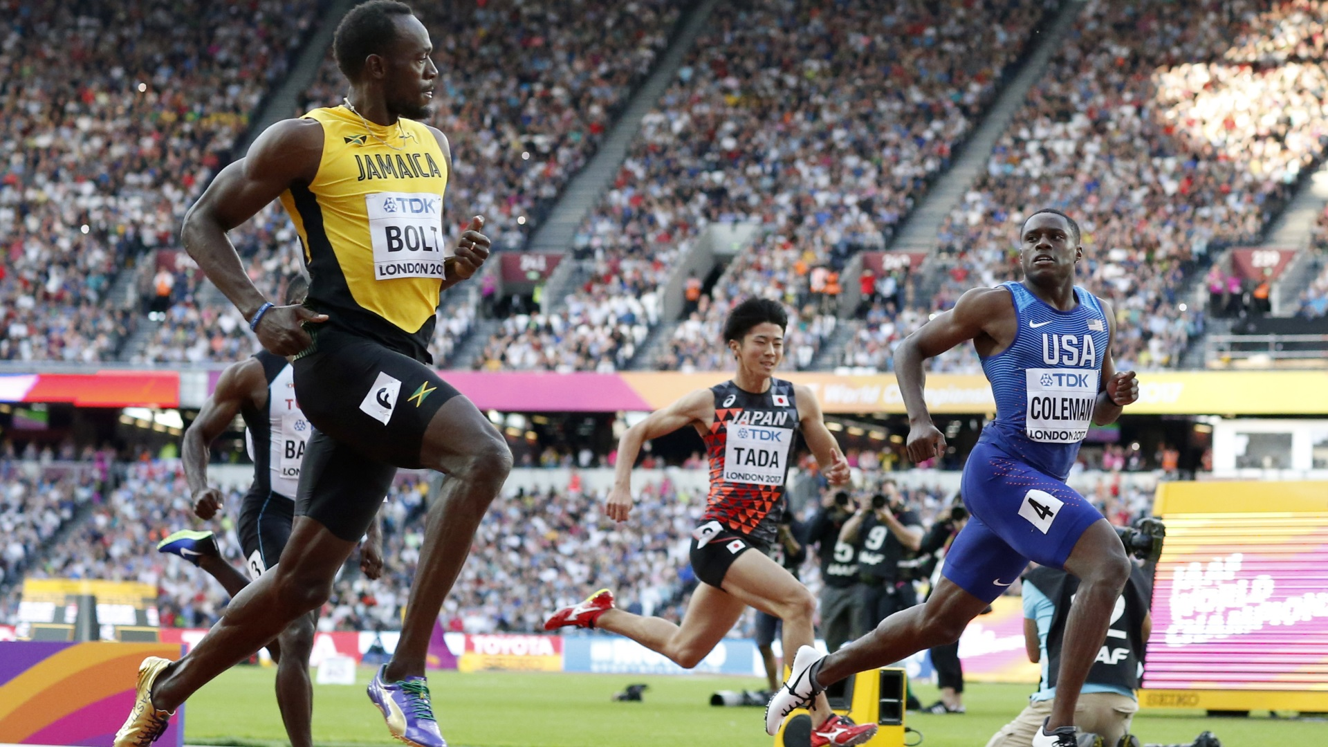 Una de las grandes imágenes del Mundial de Londres fue la de Usain Bolt mirándose a la cara con Chris Coleman en la clasificación de los 100 metros (AP)