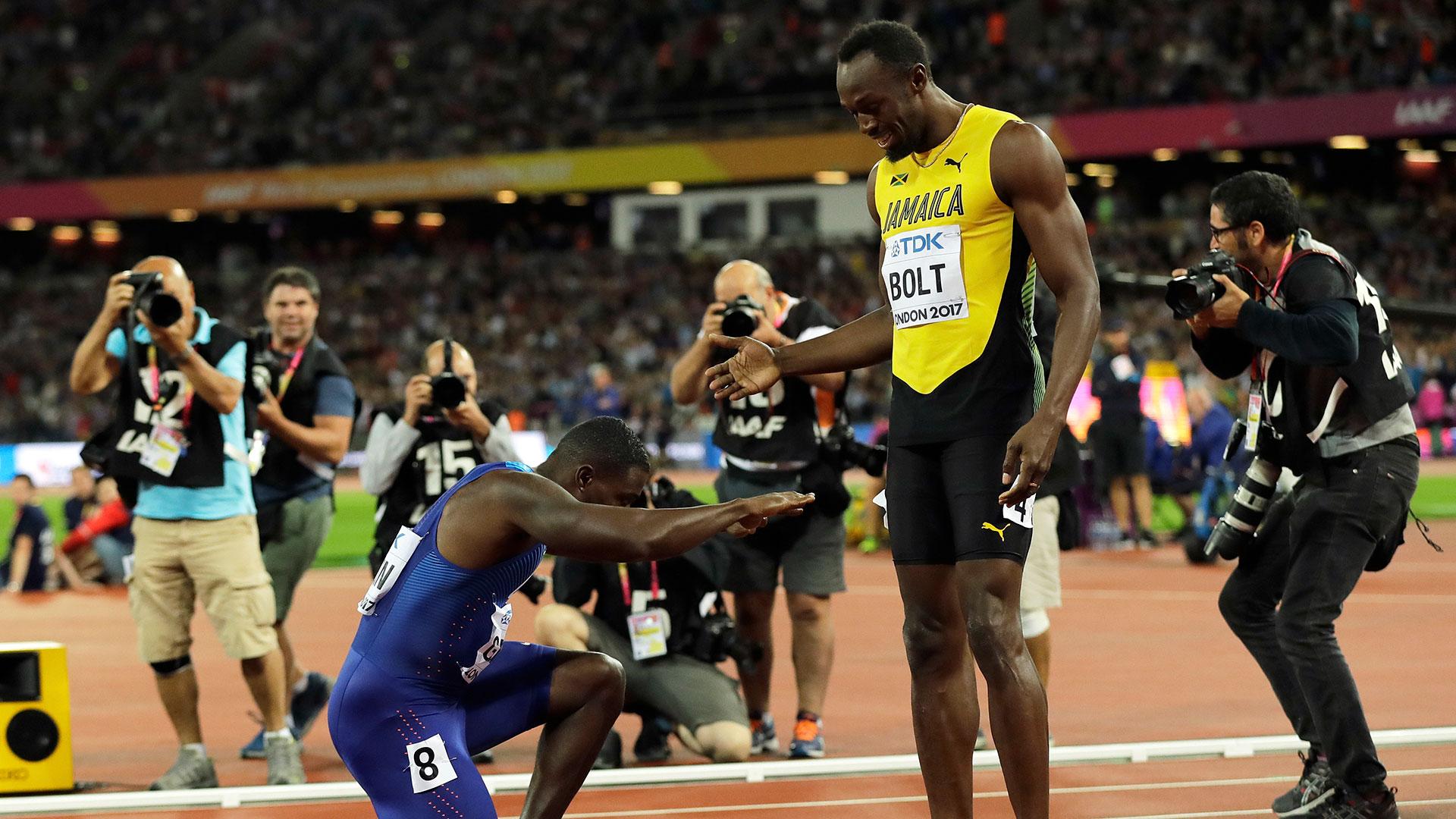 La otra gran imagen fue la de Justin Gatlin haciéndole una reverencia a Usain Bolt tras ganar la prueba de los 100 metros (AP)