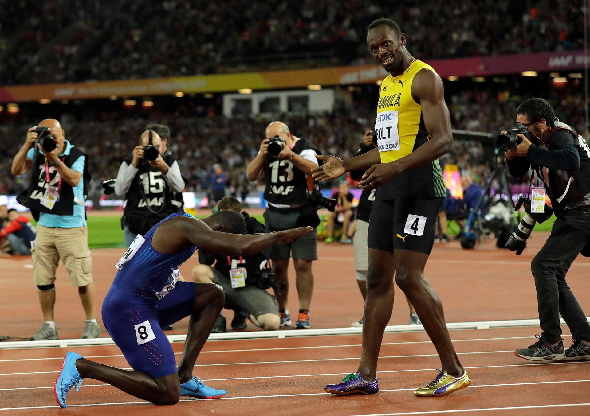 La imagen de la despedida: el ganador Gatlin se arrodilla ante Bolt