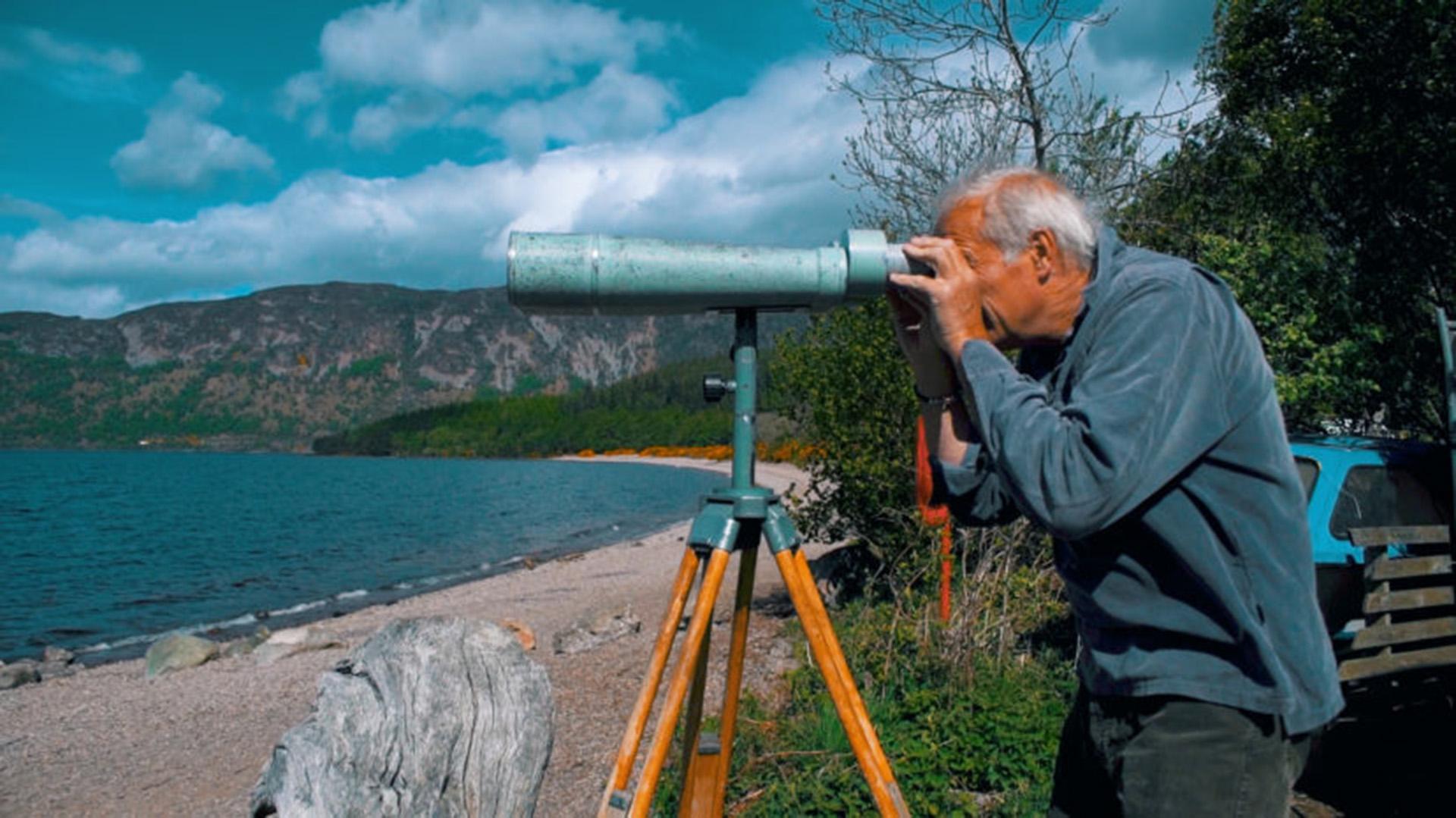Feltham y su principal método: la observación con binoculares (UNILAD)