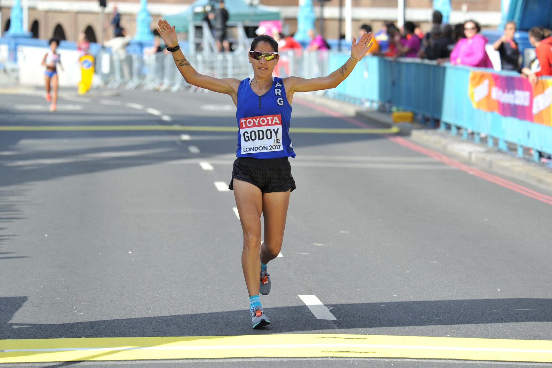 Rosa Godoy finalizó en el puesto 62 en la Maratón del Mundial de Atletismo. La atleta cordobesa obtuvo un tiempo de 2h49m30s. La ganadora de la prueba fue la fondista de Bahrein Rose Chelimo, con un registro de 2h27m11s – Fotos: Télam – DyN – Getty