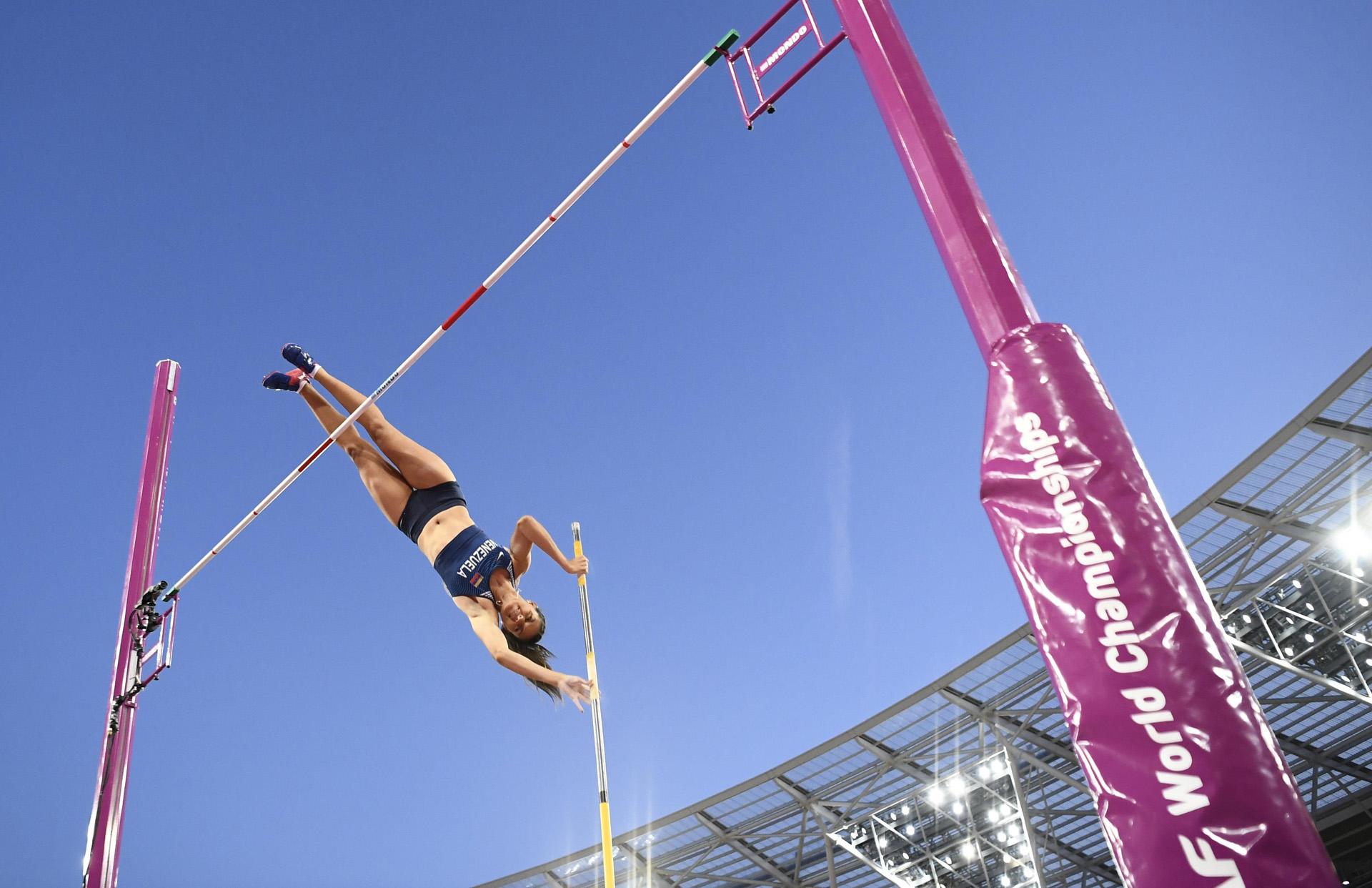 Robeilys Peinado, de Venezuela, se eleva en la final de salto con garrocha