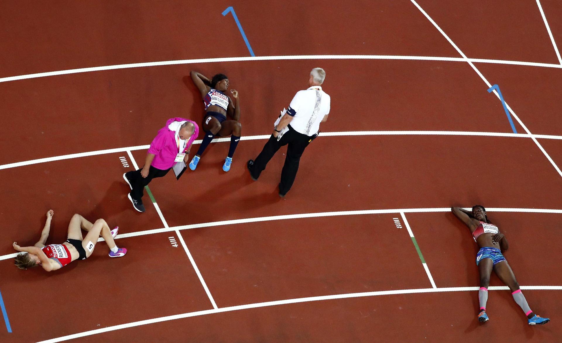 El agotamiento de las atletas tras los 800 metros de heptatlón