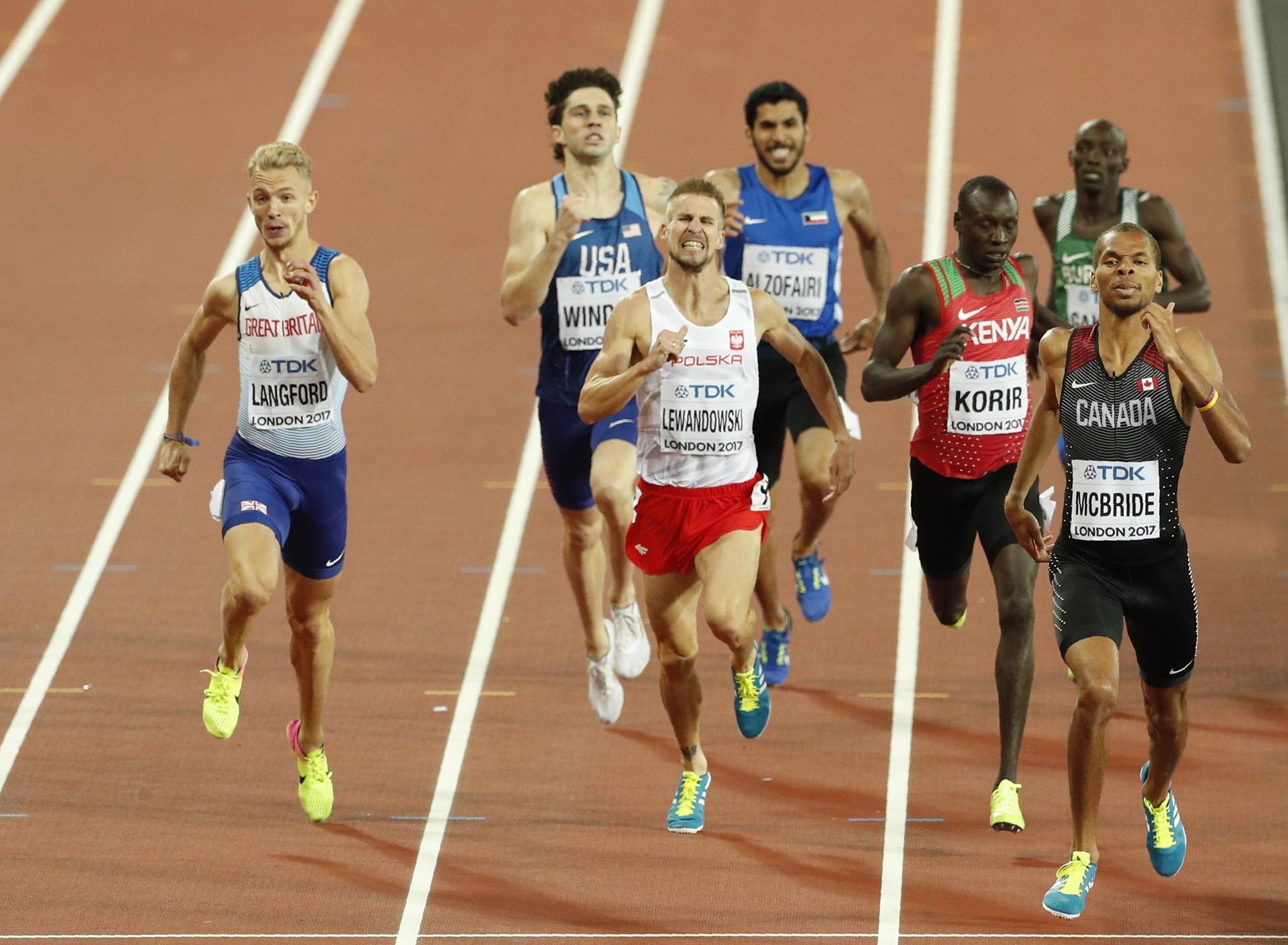 El esfuerzo de los corredores en la semifinal de los 800 metros
