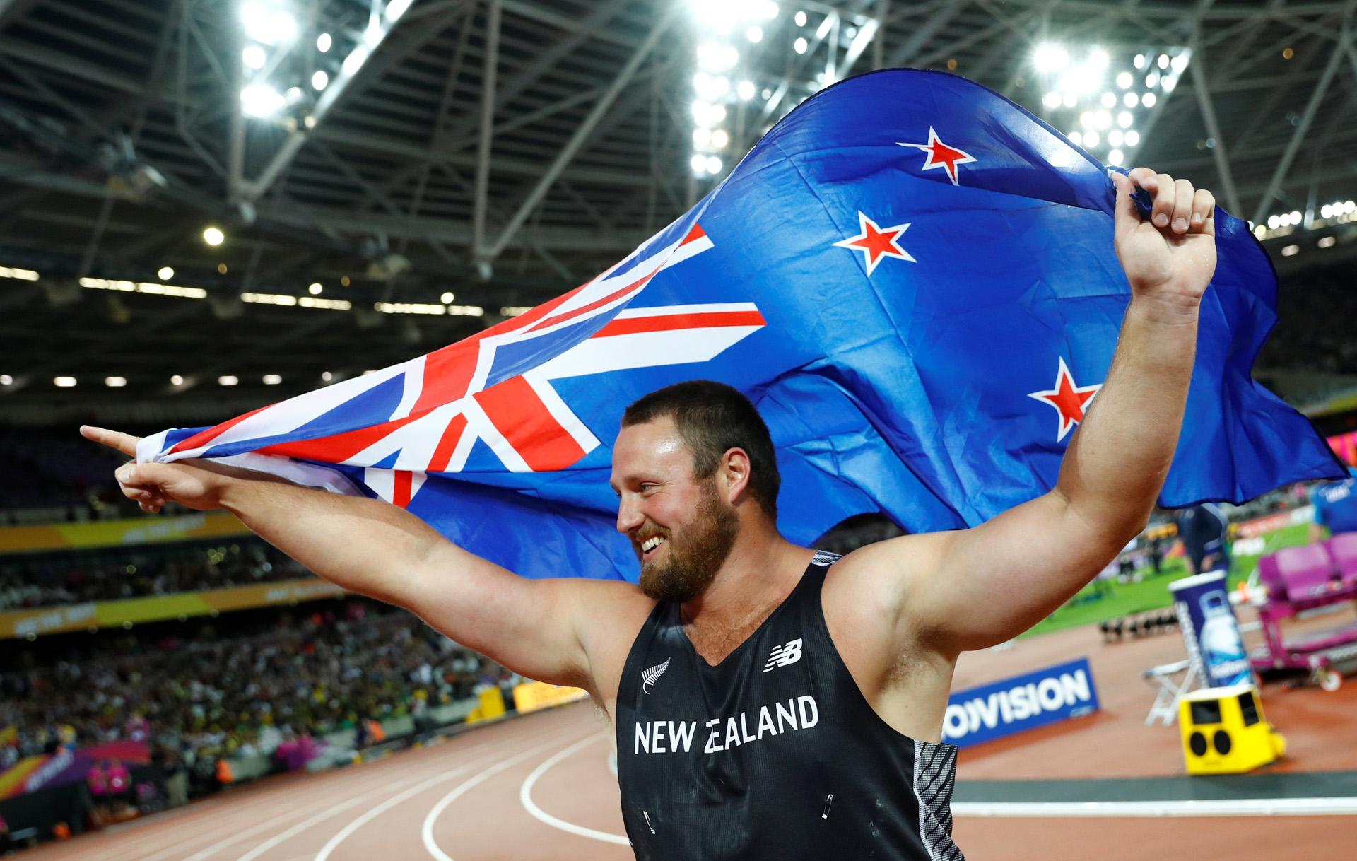 El neozelandés Tomas Walsh festeja tras ganarel oro en lanzamiento de bala