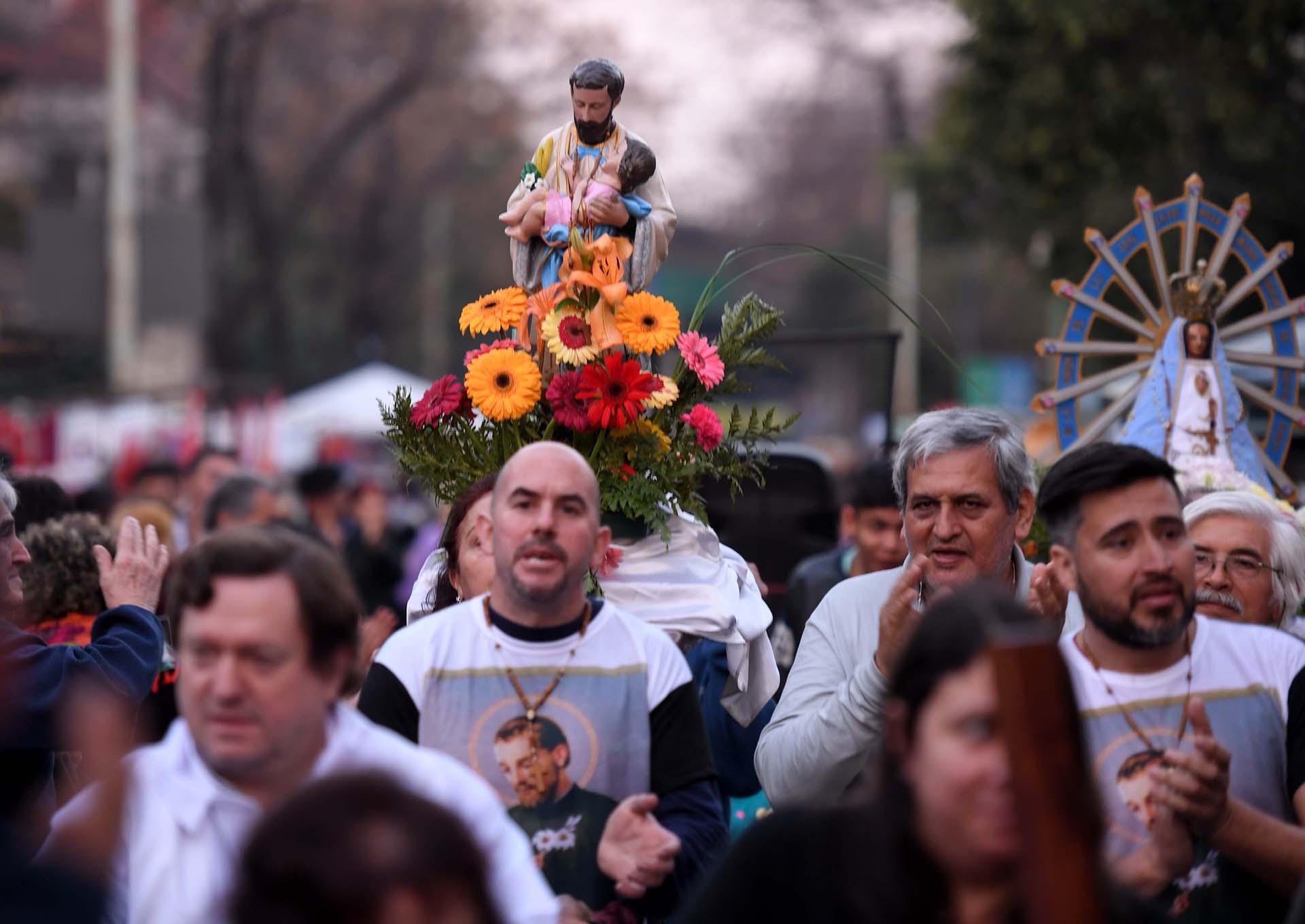 Miles de fieles se congregaban desde anoche en el santuario de San Cayetano de Liniers para agradecer y pedir al santo de la Providencia por trabajo.