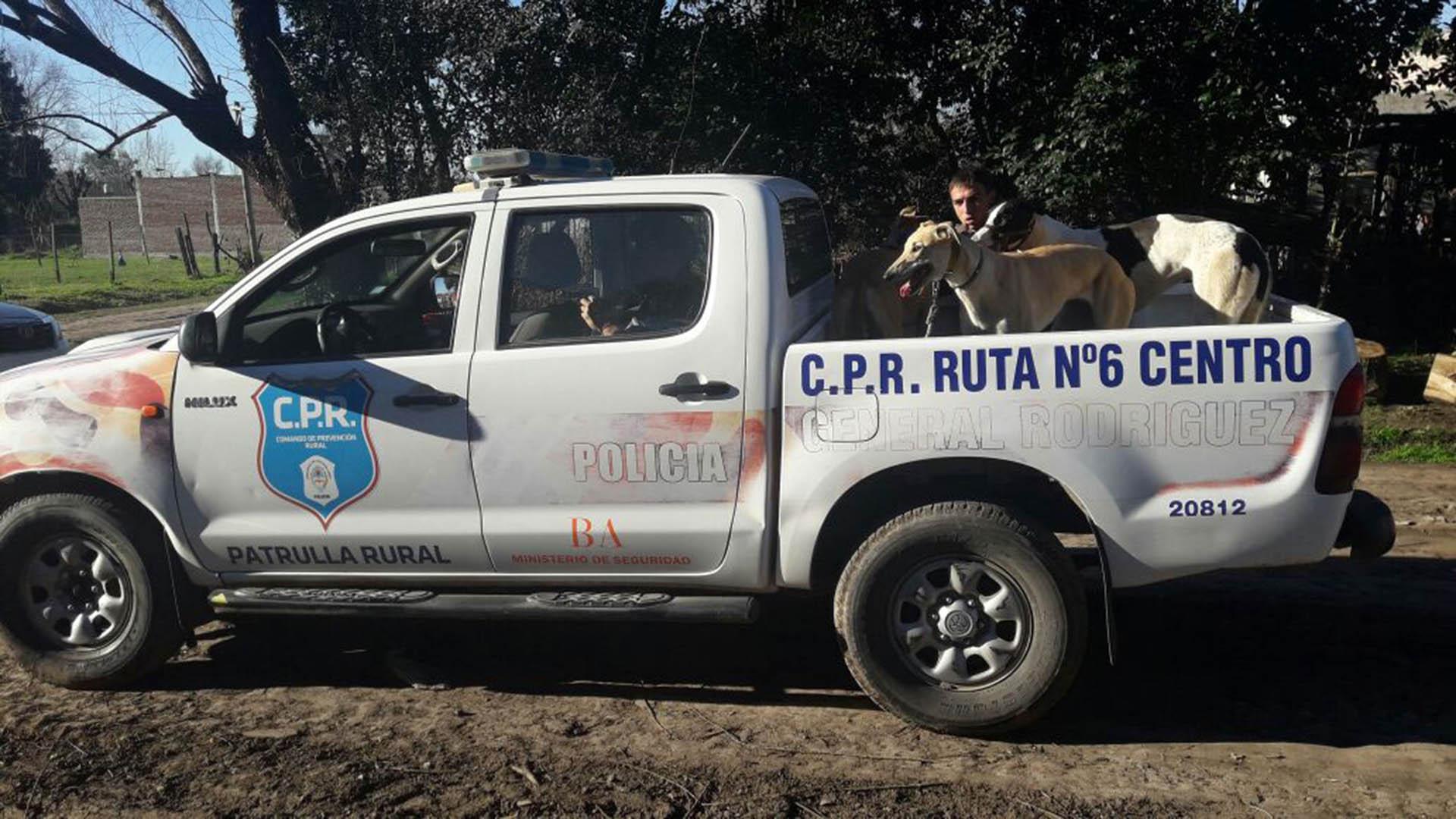 Personal del Comando de Prevención Rural de General Rodríguez detuvo ayer a cinco personas cuando estaban por iniciar una carrera de perros pese a estar prohibida desde fines del año pasado y ser ya considerada un delito penal