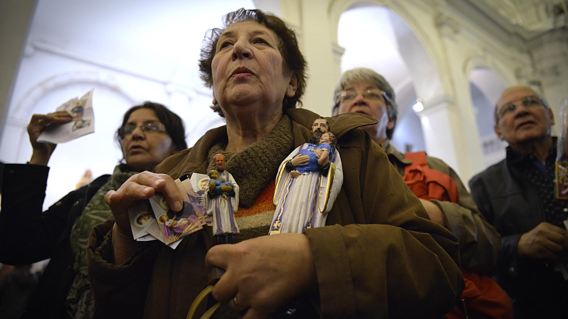 Miles de fieles se congregaron en el santuario de San Cayetano de Liniers para agradecer y pedir al santo de la Providencia por trabajo