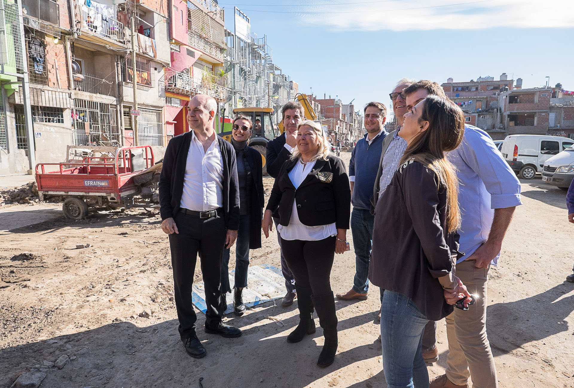 La candidata a diputada de Vamos Juntos, Elisa Carrió, realizó una visita junto al jefe de gobierno Horacio Rodríguez Larreta a la Villa 31, rebautizada como Barrio 31. También optó por lucir un equipo clásico de tres piezas