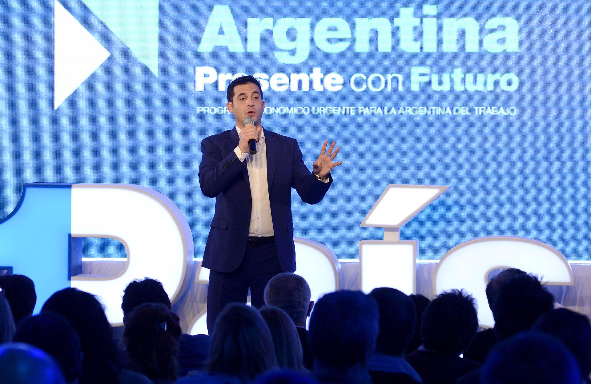 Matias Tombolini, candidato de la fuerza 1País, integrada por el Frente Renovador y el GEN, prefirió una propuesta más formal y conservadora en tono azul oscuro