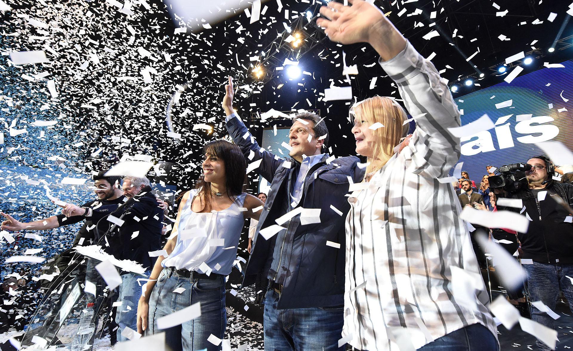 El diputado Sergio Massa oficializó la incorporación de Victoria Donda y su partido Libres del Sur al espacio político que el líder del Frente Renovador comparte con Margarita Stolbizer, ambas mujeres optaron por prendas tradicionales, camisa y denim.