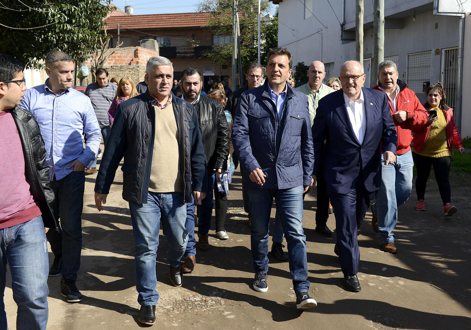 El diputado nacional y precandidato a senador Sergio Massa, estuvo en el partido bonaerense de La Matanza, acompañado por el ex alcalde de Nueva York, Rudolph Giuliani. Relajado, optó por llevar zapatilla, jeans y campera, un infaltable de esta campaña.
