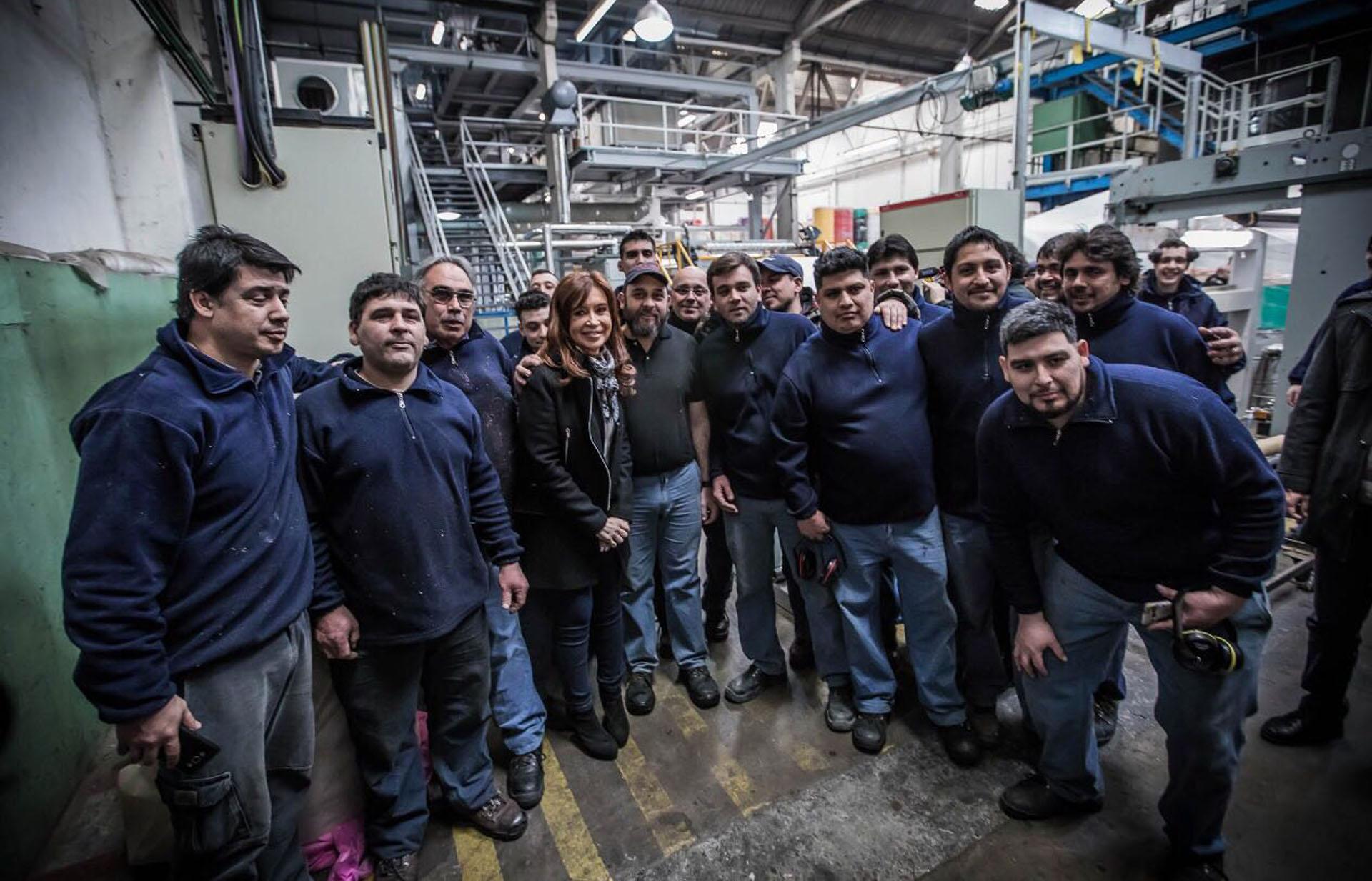 La candidata a senadora por Unidad Ciudadana, Cristina Kirchner, se mantuvo alejada de las cámaras y con un perfil bajo en cuánto a la vestimenta sin joyas ni colores estridentes, como solía hacer en su mandato presidencial