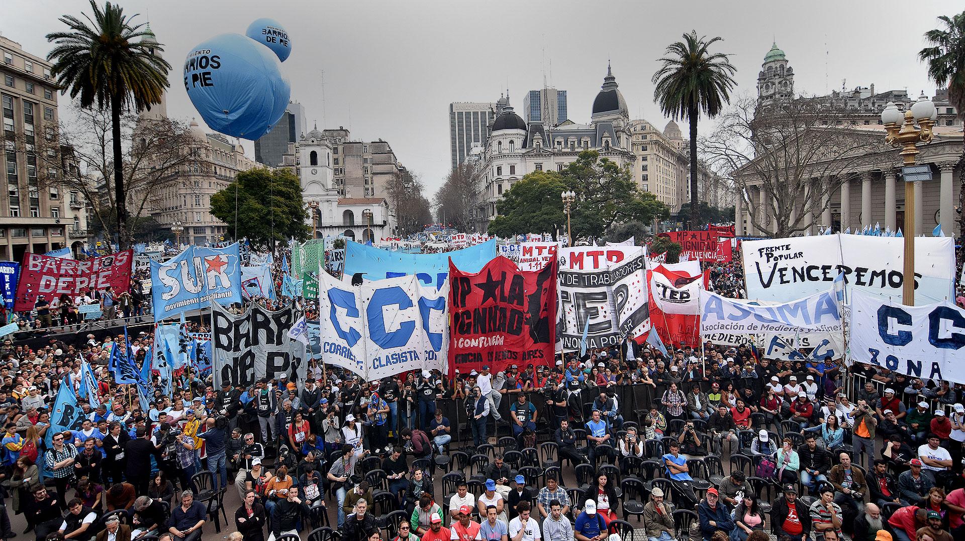 """Diferentes organizaciones sociales marcharon este lunes a Plaza de Mayo para reclamarle al gobierno de Mauricio Macri que sancione la """"emergencia alimentaria"""""""