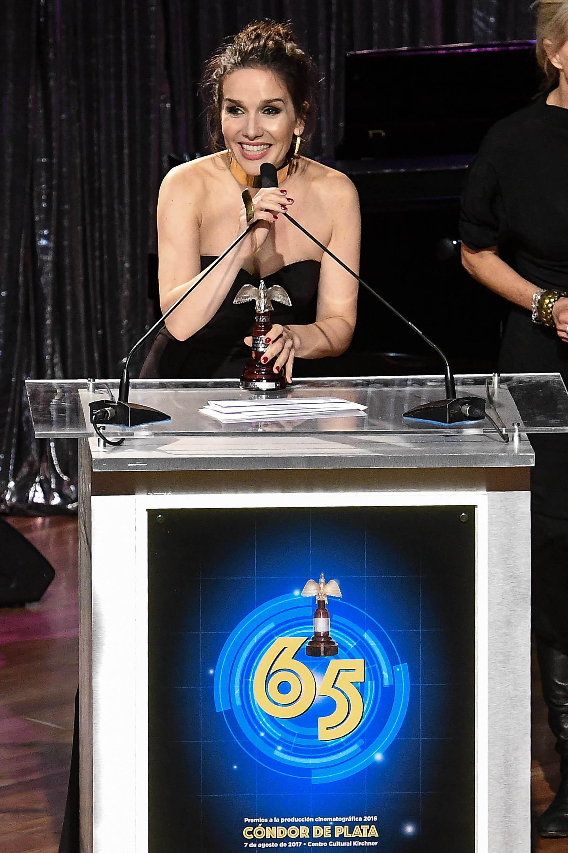 """Natalia Oreiro fue distinguida en la ceremonia de los Cóndor de Plata por su interpretación en la película """"Gilda, no me arrepiento de este amor"""". Compartió el premio con Érica Rivas, protagonista de """"La luz incidente"""" (Télam)"""