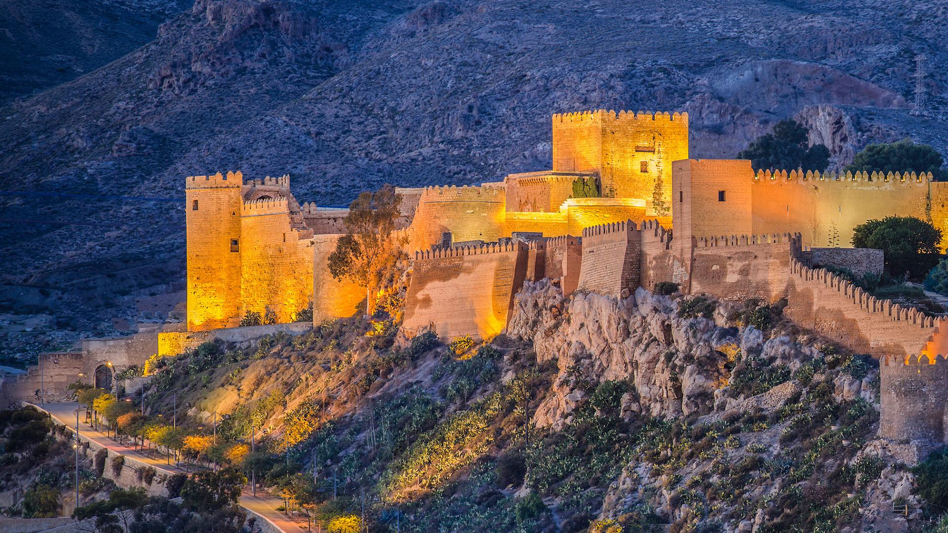 Alcazaba de Almería es un complejo fortificado en Almería, al sur de España que en la serie se transformó en Sunspear, capital de Dorne