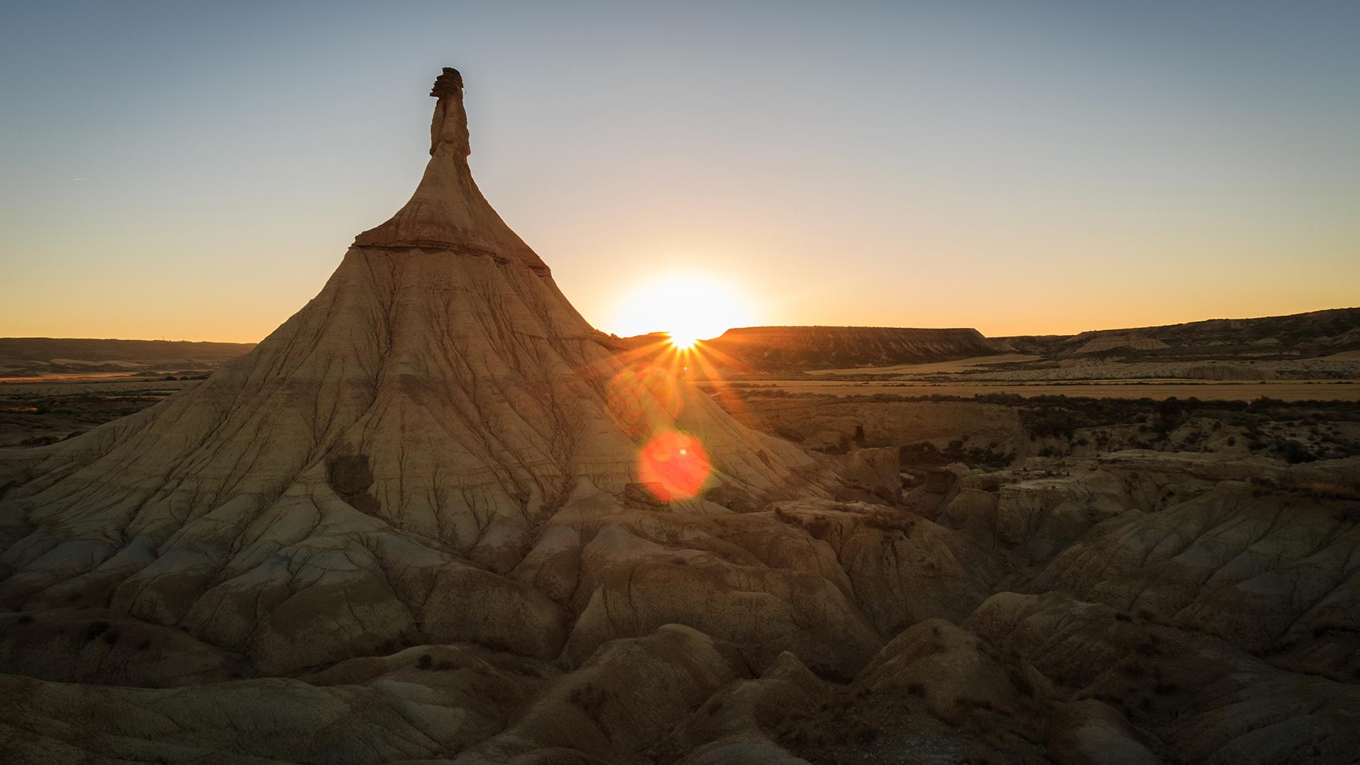 Colorida puesta de sol en Castildetierra, Bardenas, España, un paisajeque aparecerá la séptima temporada de la serie