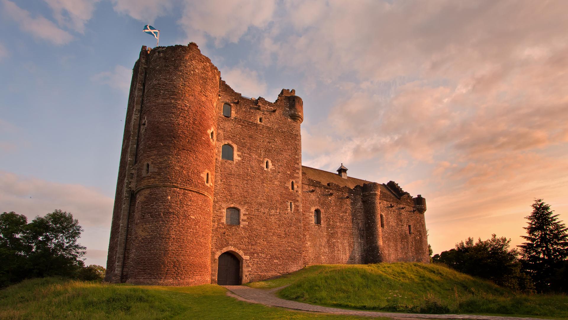 Para recordar este Castillo Doune hay que volver a la primera versión de Winterfell, cuando todos los Starks estaban vivos y existía la promesa de la paz. El edificio está situado en Stirlingshire, Escocia