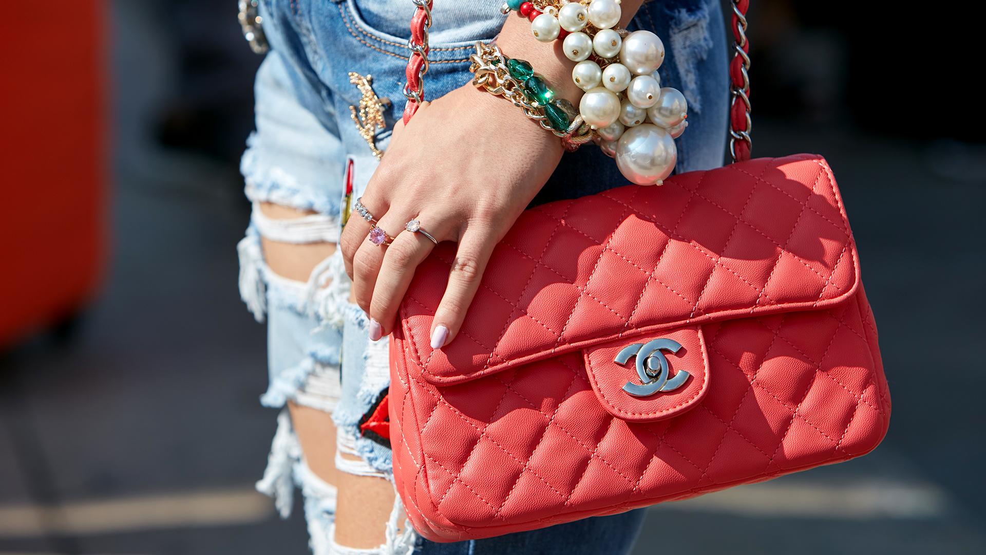 En 1929 Chanel lanzó un bolso inspirado en las bolsas de los soldados, que tuvo sus versiones a lo largo de la historia de la moda