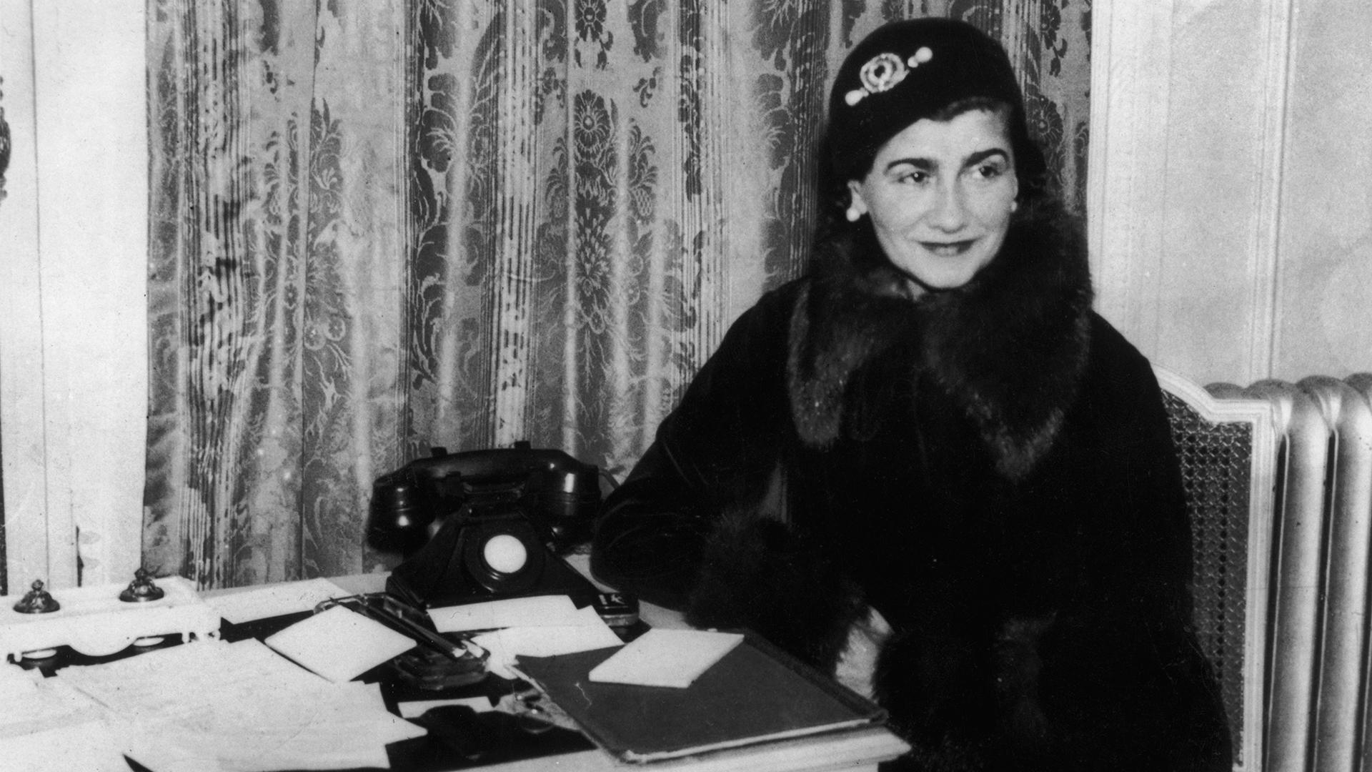Sin formación precisa, al mudarse a París comenzó a diseñar sombreros femeninos (Keystone/Hulton Archive/Getty Images)