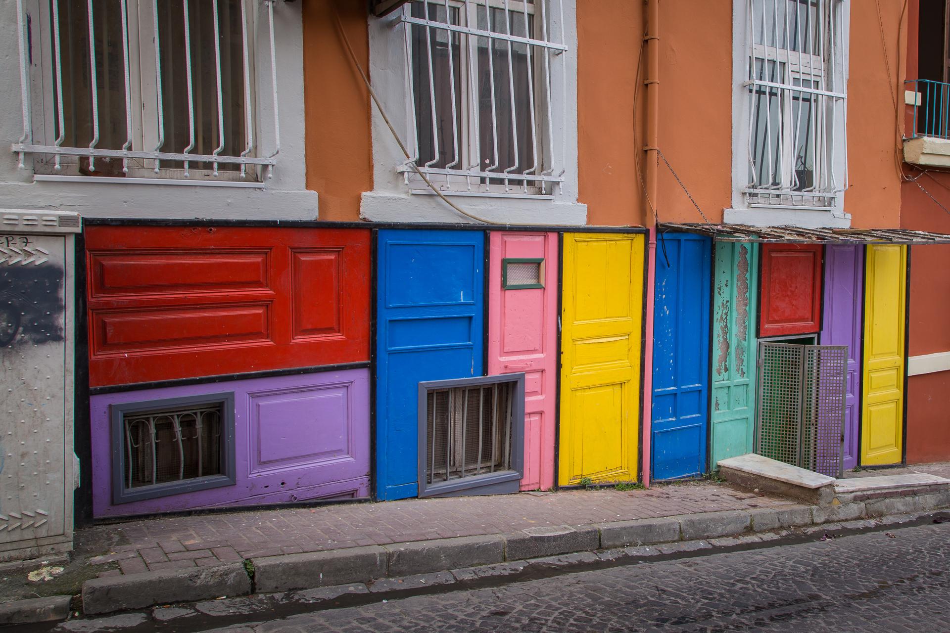 Un tradicional barrio de Estambul ubicado al sur de Cuerno de Oro donde habitaban los judíos expulsados de España. Llamala atención por tener las puertas pintadas de colores vibrantes (iStock)