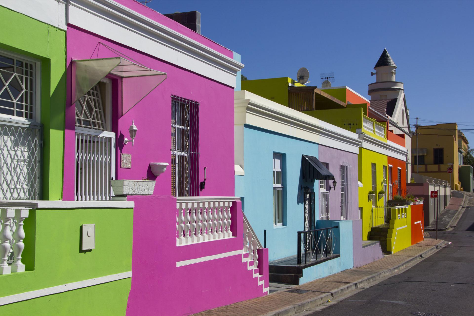 En Ciudad del Cabo se encuentra este colorido lugarllamado Bo- Kaap, con casas pequeñas de colores vibrantes, verdes, fucsias, naranja y amarillo