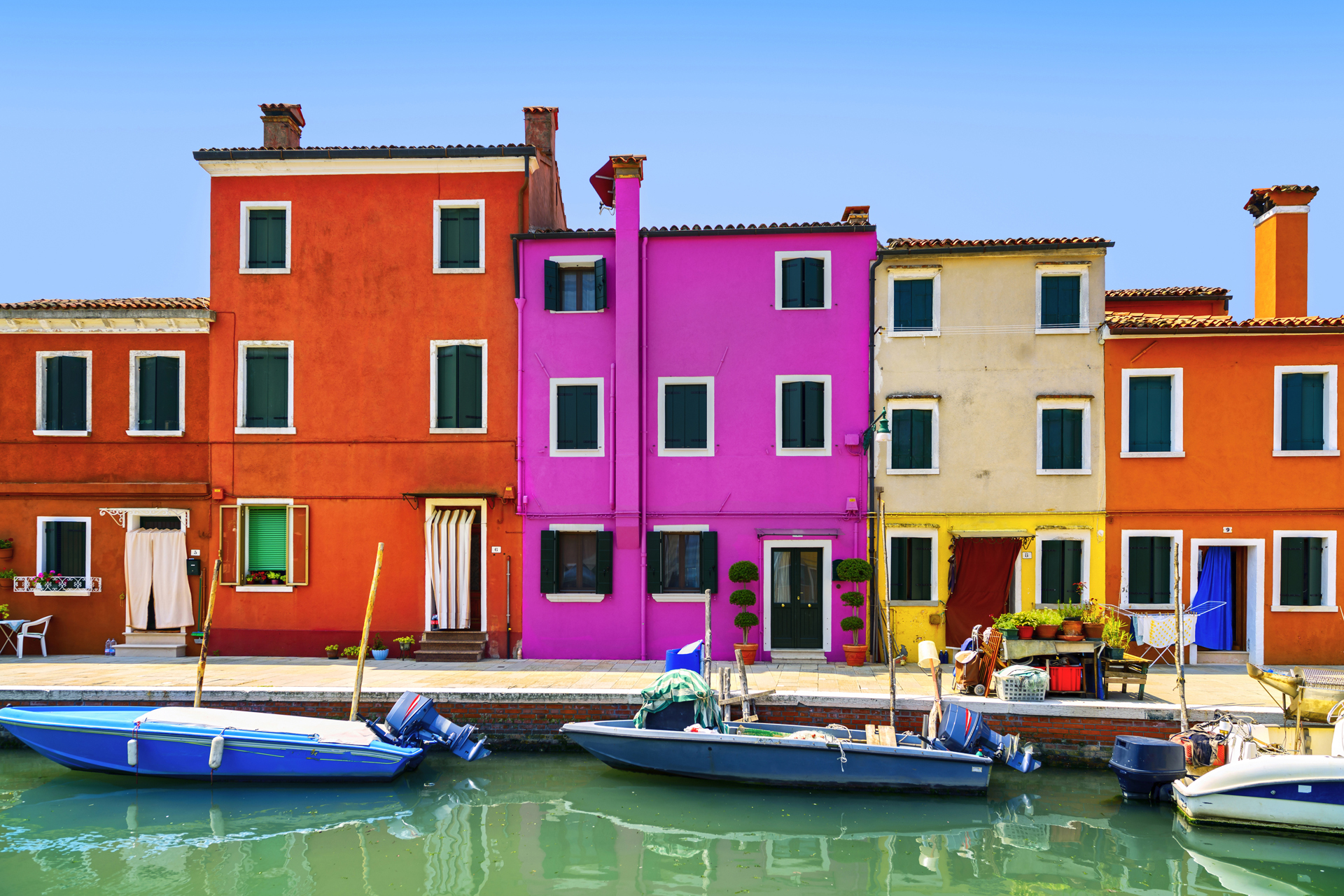 La isla a 7 km de Venecia se destaca por sus fachadas de colores y es famosa por la producción y excelencia de encaje en hilo. De la ciudad de las góndolas se puede acceder a esta pequeña en vaporetto en 20 minutos (iStock)