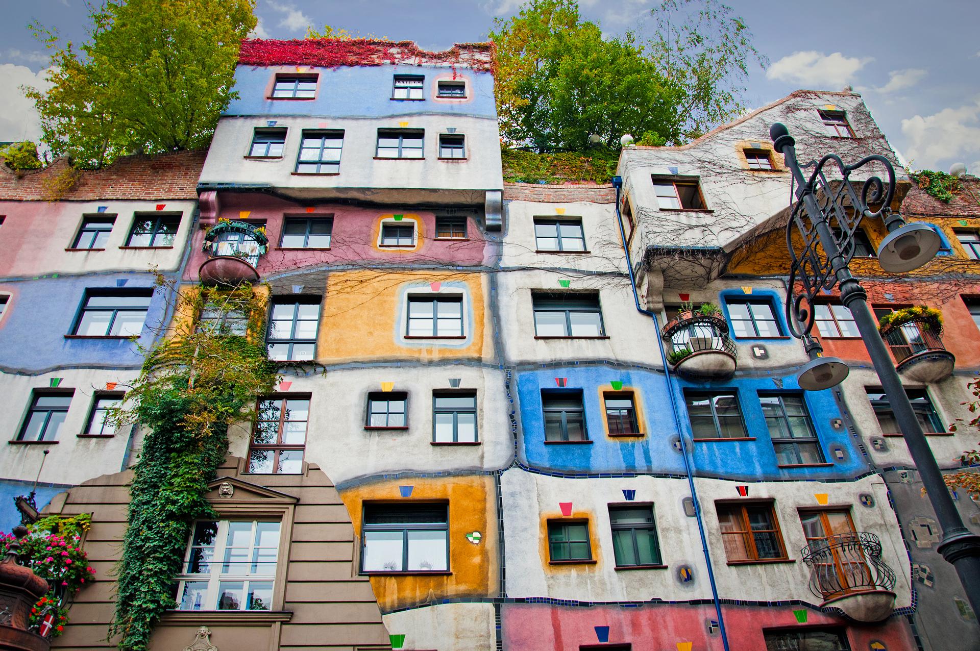Es el complejo residencial del artista Friedensreich Hundertwasser. Un barrio lleno de color con los suelos ondulados donde en el interior de las casas crecen árboles y las ramas asoman por las ventanas. Los turistas se llevan paisajes coloridos y una arquitectura diferente (iStock)