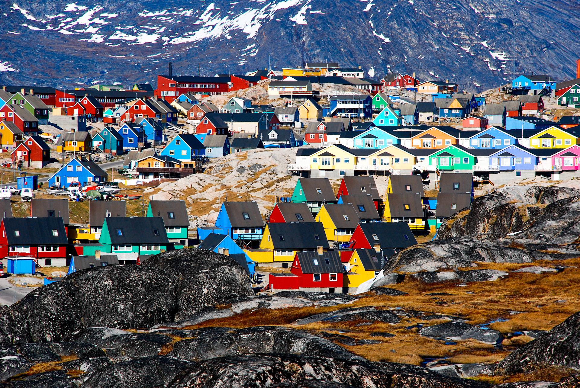 Se encuentra en Groenlandia, un pueblo lleno de icebergs y viviendas coloridas que le dan vida al paisaje frío. Fue declarado Patrimonio de la Humanidad por la Unesco en 2004 por sus imponentes vistas (iStock)