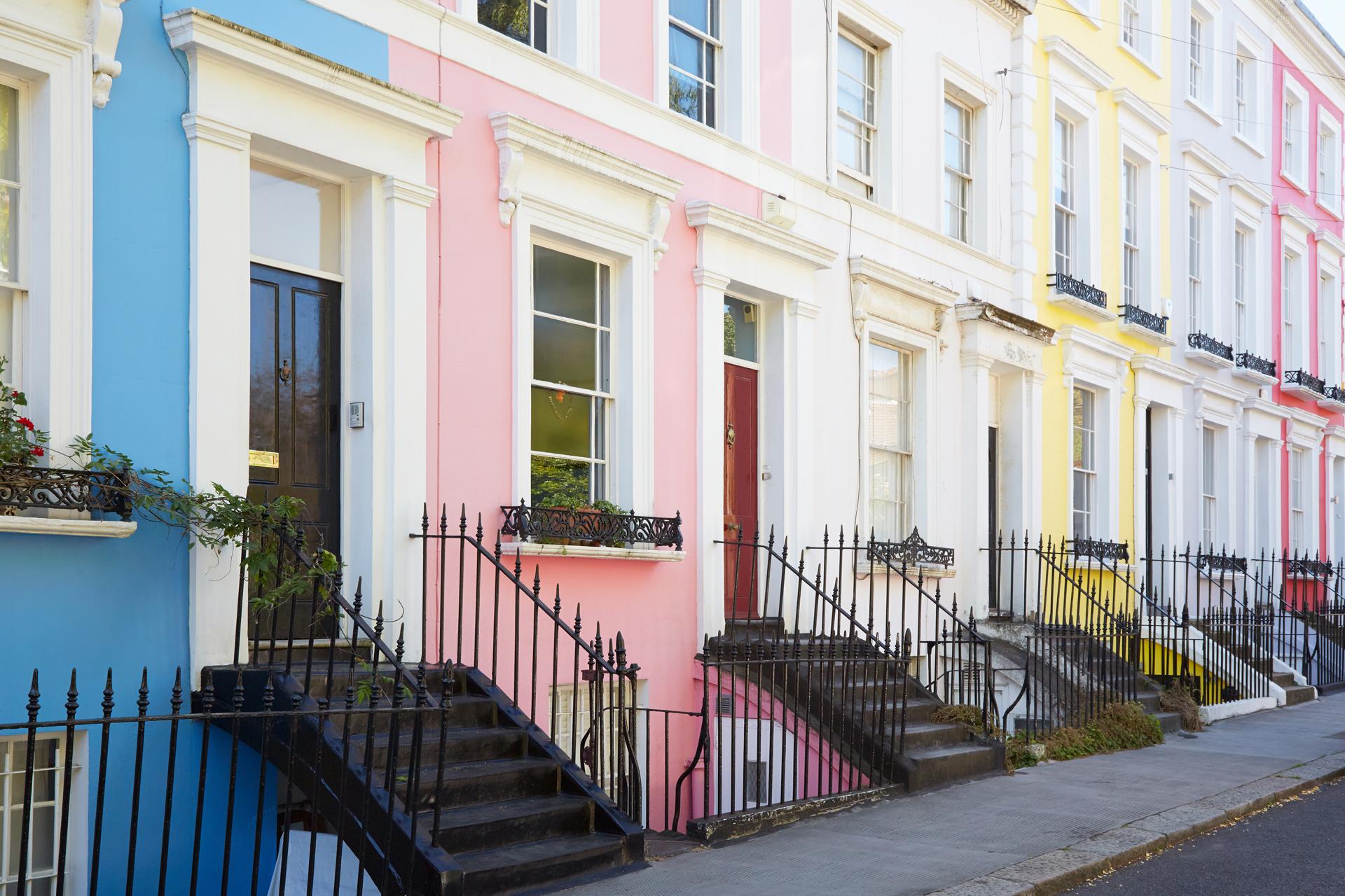 El barrio popularizado por la comedia romántica con Julia Roberts y Hugh Grant en 1999, se convirtió en la sede del carnaval más famoso de Londres junto al mítico mercado de Portobello. Es un lugar lleno de vanguardia artística y gastronómica (iStock)