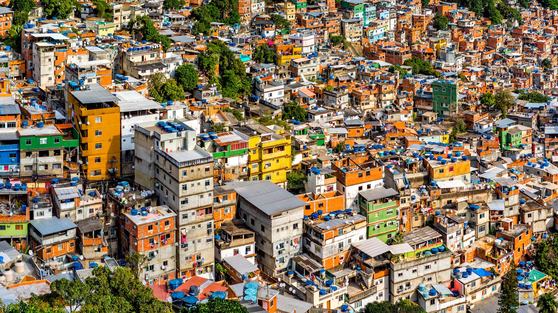 La ciudad de Río de Janeiro y sus infinitas favelas están llenas de colores. Los amarillos, naranjas y verdes predominan en los barrios (iStock)