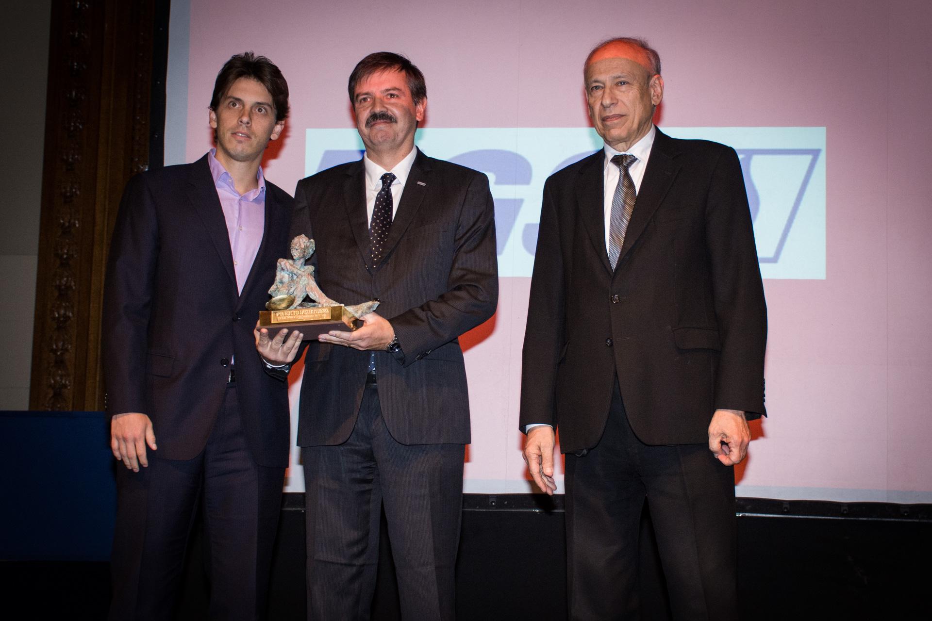 Mejor Empresa de Energía: Transportadora Gas del Sur (TGS). El premio fue recibido por Javier Gremes Cordero, director general (centro) y Gregorio Werthein, integrante del directorio de accionistas. El galardón fue entregado por el presidente de la Fundación Konex, Luis Ovsejevich