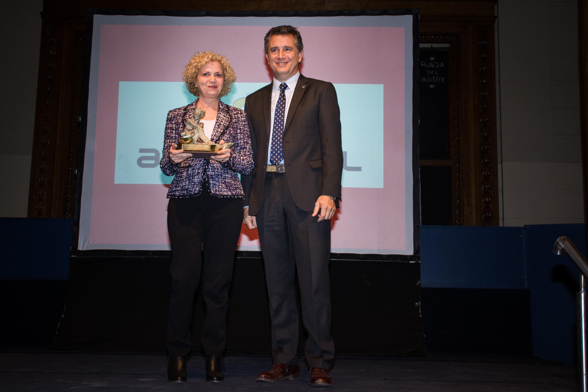 Agrometal fue elegida la Mejor Empresa Agropecuaria y Agroindustrial. El premio fue recibido por su presidente, Rosana Negrini, y entregado por Luis Miguel Etchevehere, presidente de la Sociedad Rural Argentina