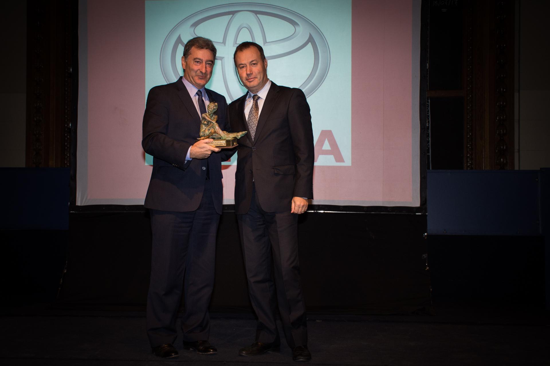 Toyota ganó como Mejor Empresa Automotriz. El premio fue recibido por su presidente, Daniel Herrero, de manos de Maurizio Bezzeccheri, country manager del Grupo Enel