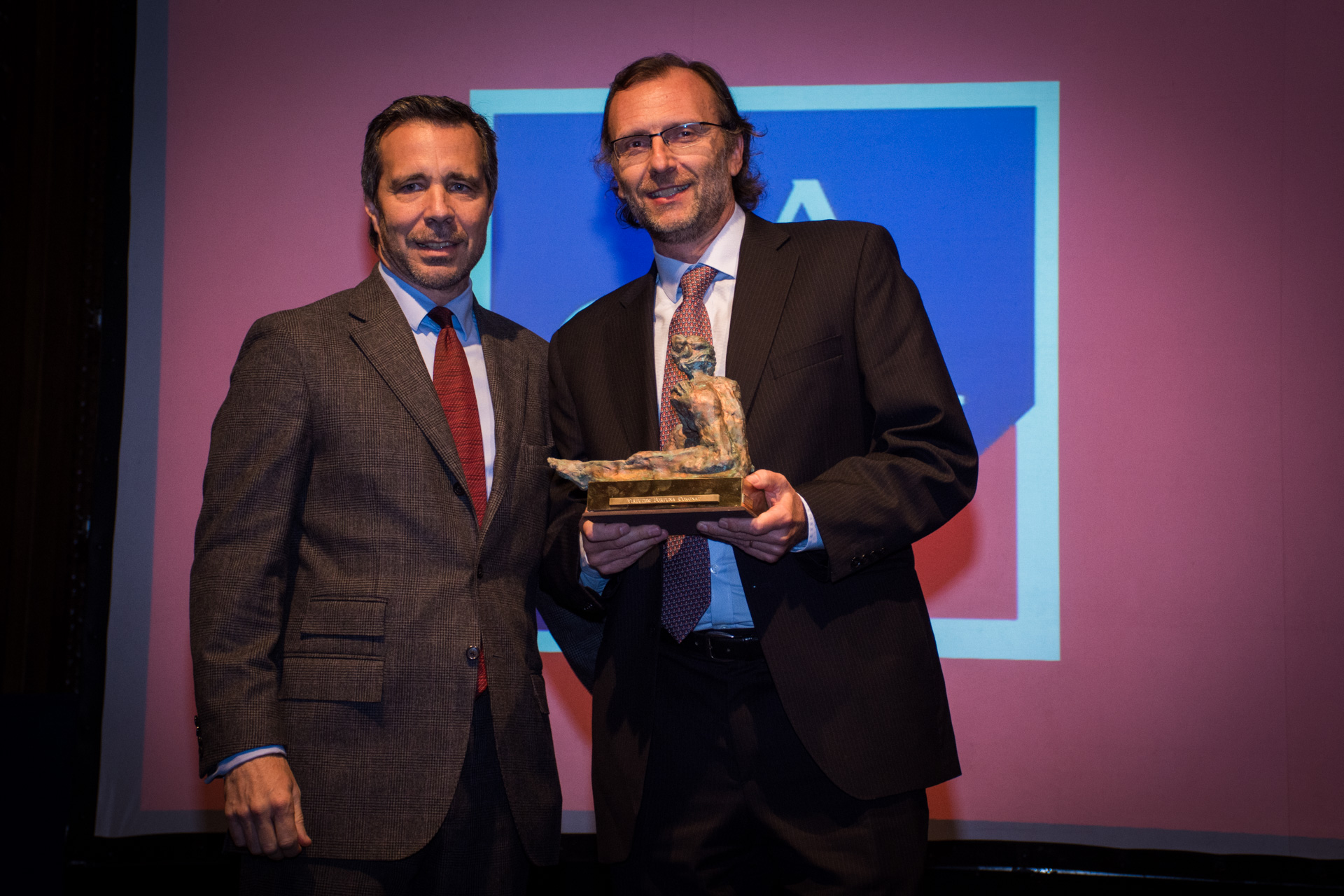 La Caja obtuvo el premio a la Mejor Empresa de Seguros. Recibió Jorge Mignone, su CEO, de manos del director de ventas institucionales de Editorial Perfil, Carlos Escobar