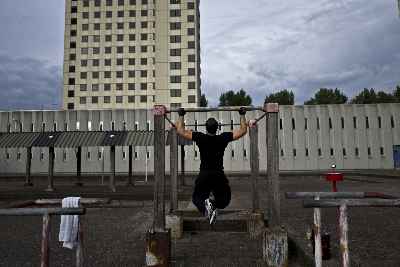 El refugiado afgano Zafar Sahil, 22, hace ejercicio en el patio de la cárcel (AP Photo/Muhammed Muheisen)