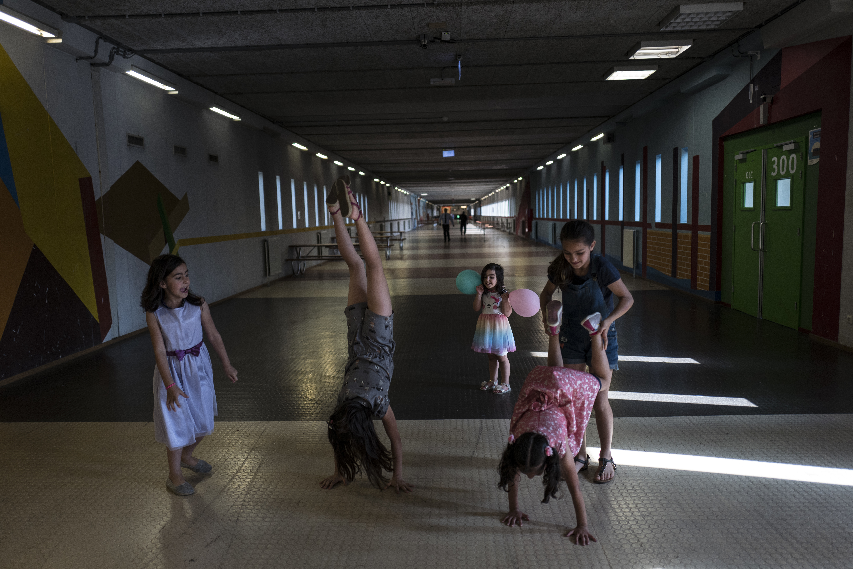 Las niñas sirias Shahd Alamar, 8, Lana Alkhawaja, 9, Maya Alamar, 4, Amal Sakkal, 8, y Hala Alhalaby, 8,juegan en un pasillo de la cárcel (AP Photo/Muhammed Muheisen)