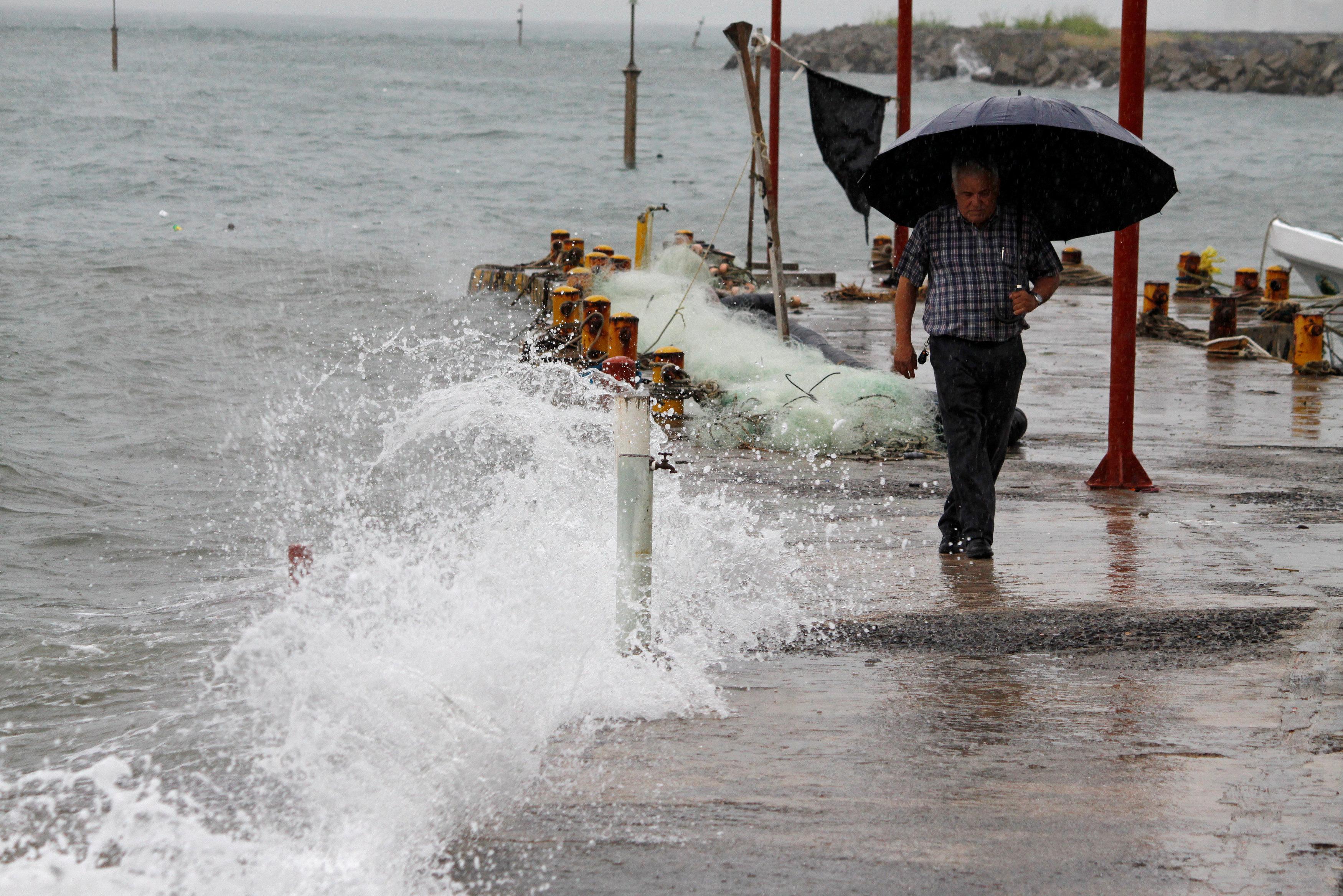 Un hombre camina sobre un muelle en Veracruz, un día antes de que el huracán golpeara la costa mexicana. (REUTERS/Victor Yanez)