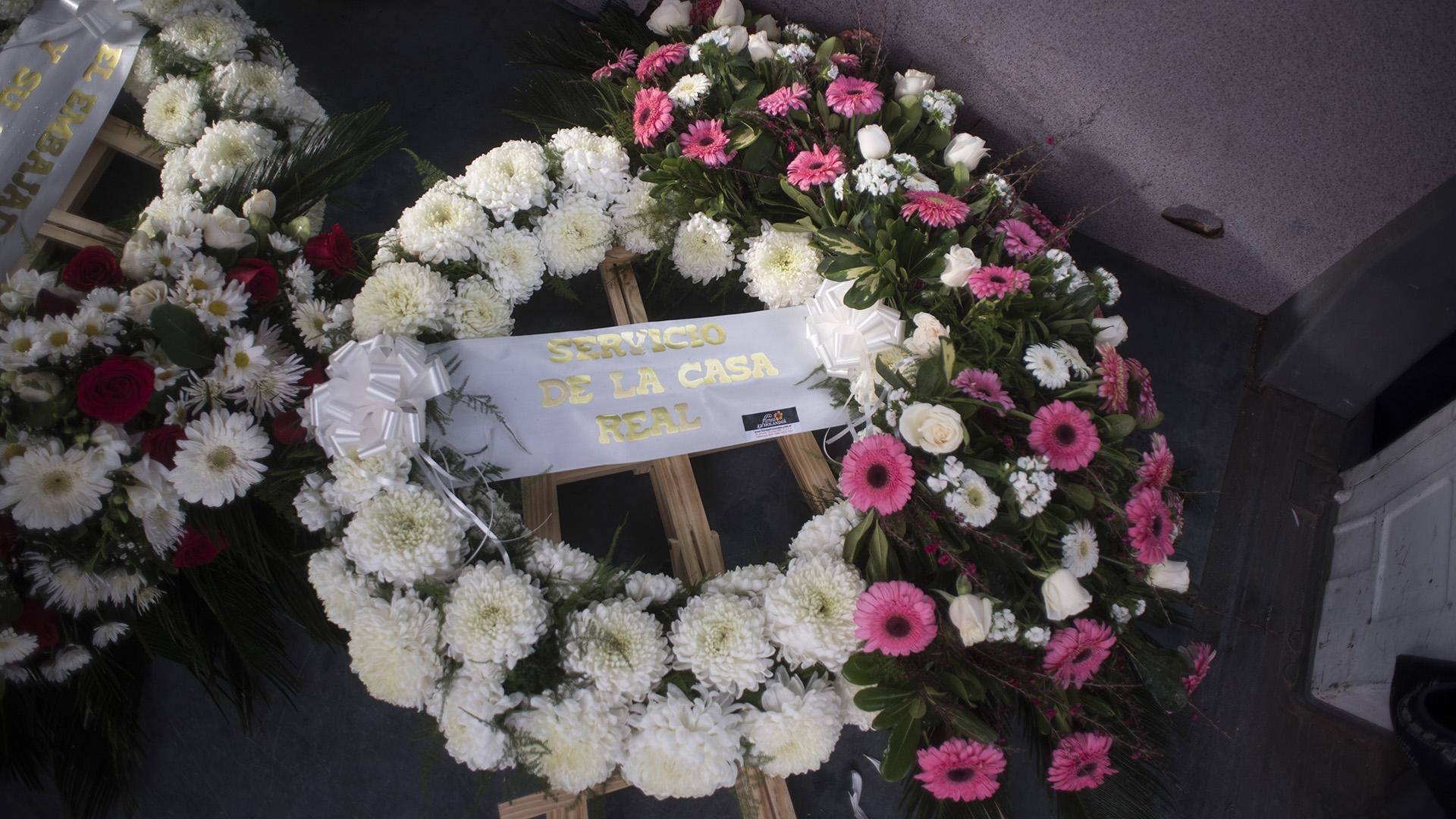 La Casa real de Holanda envió unas imponentes coronas de flores blancas y rosas para acompañar los restos de Jorge Zorreguieta.